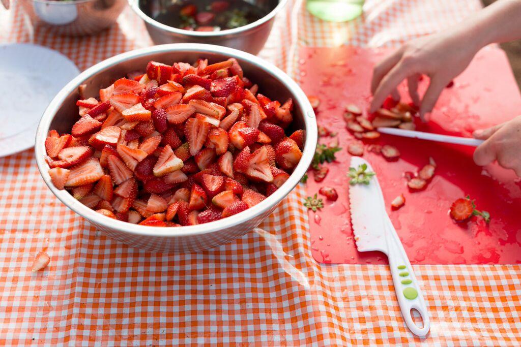 S1D4 2015 cutting strawberries.jpg