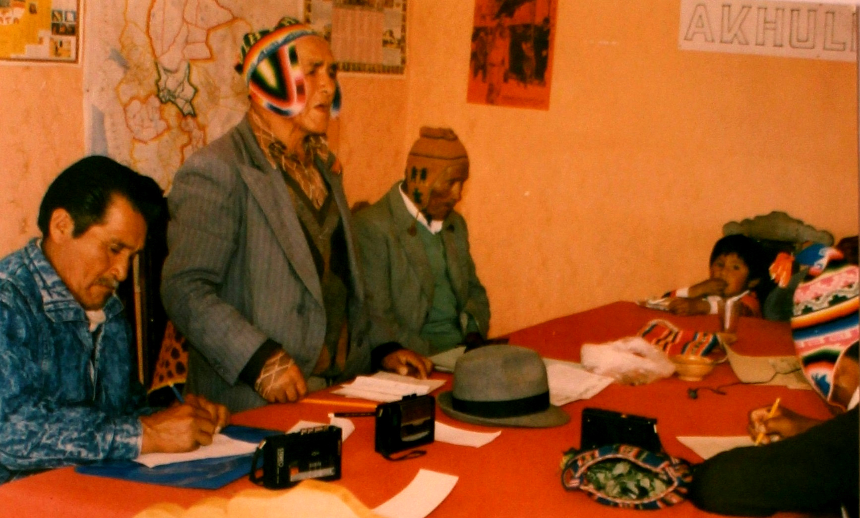 Indigenous leader Andrés Jach'aqullu (standing) shares oral histories on the caciques apoderados movement with the THOA in La Paz in 1990. Courtesy of the Andean Oral History Workshop.