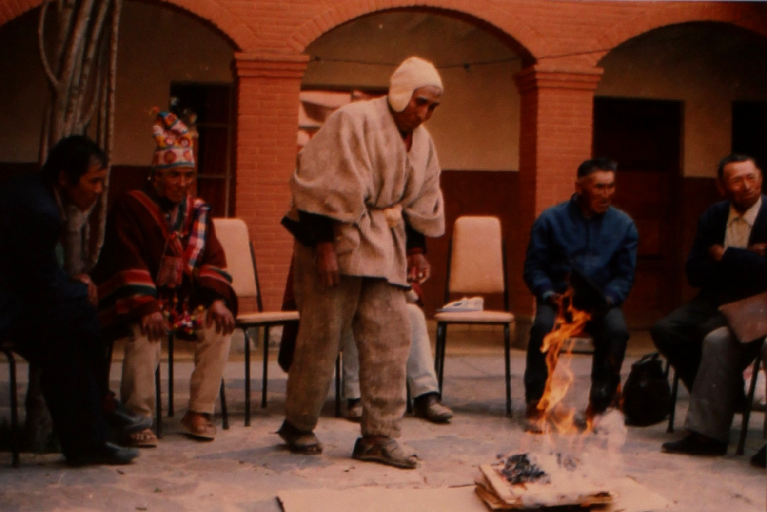 Don Lúcas Miranda, son of the indigenous leader Toribio Miranda, conducts an Andean ceremony during a gathering of indigenous elders in 1990. The meeting was organized by the THOA to collect oral histories on the struggle of the caciques apoderados, a network of early twentieth-century leaders who fought in defense of indigenous land and communities. Courtesy of the Andean Oral History Workshop.