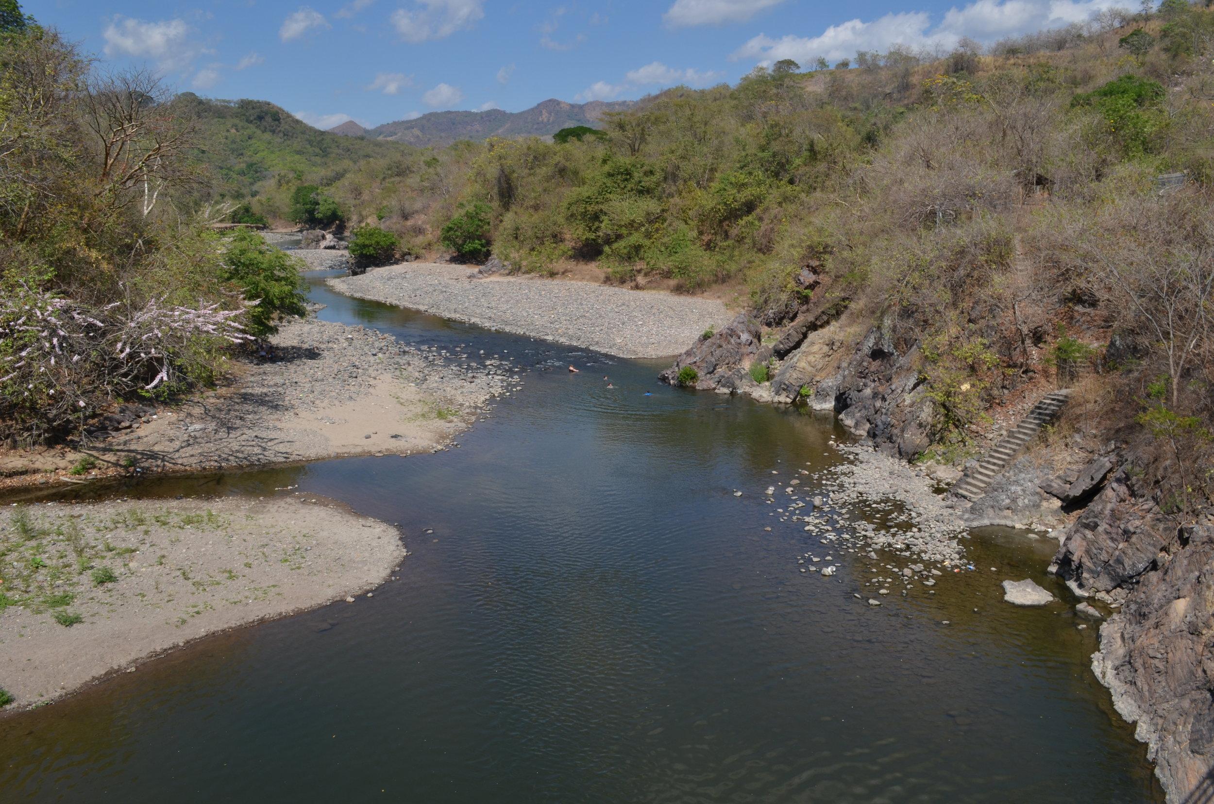 El Río Sumpul en el departamento de Chalatenango forma parte de la frontera con Honduras y fue sitio de varias masacres durante la guerra. Foto de Dalton Anthony.