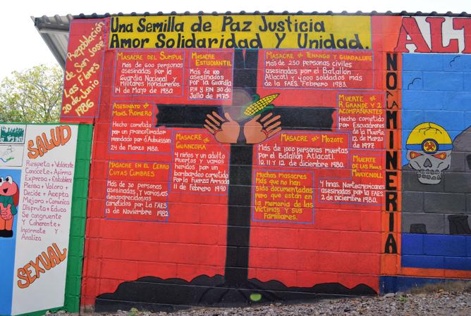 Un mural San José Las Flores conmemora masacres durante la guerra como parte del esfuerzo comunitario de recordar los sucesos de la guerra. Foto de Dalton Anthony.
