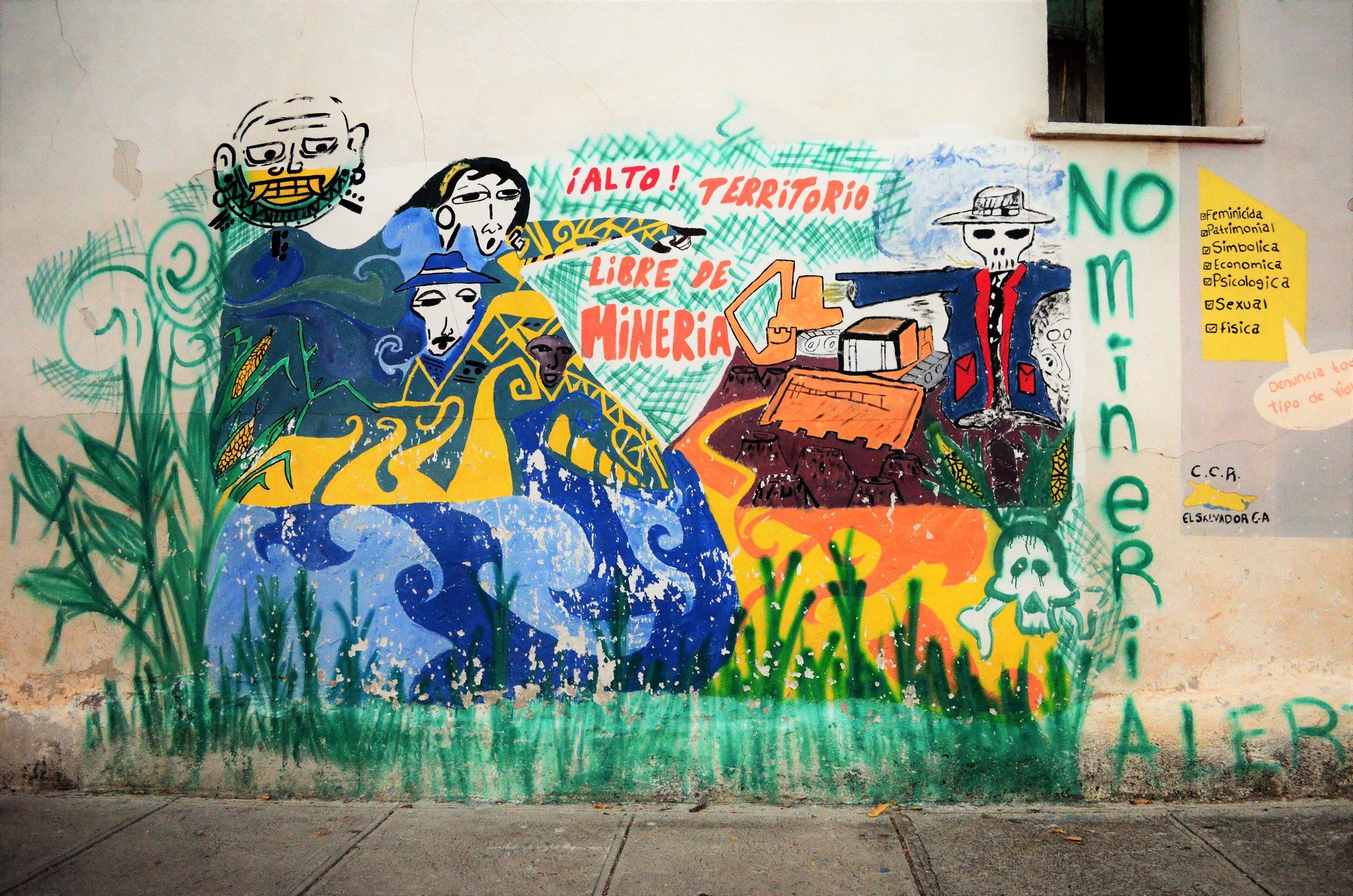 Murales como esté en las vecindades de Arcatao demuestran las preocupaciones políticas de la comunidad, como la lucha contra la minería en el area. Foto: Dalton Anthony.