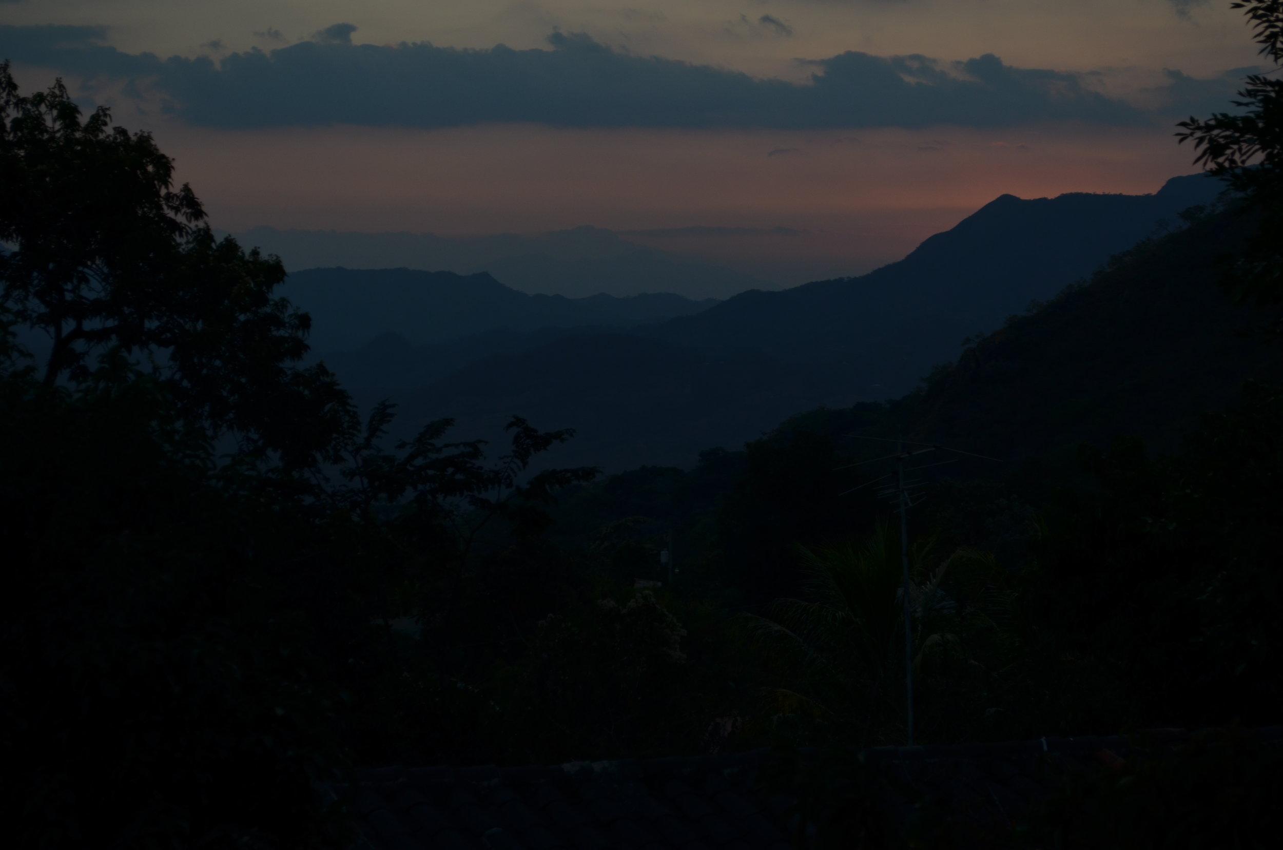 El sol se pone sobre las montañas de Arcatao. Foto por Dalton Anthony.