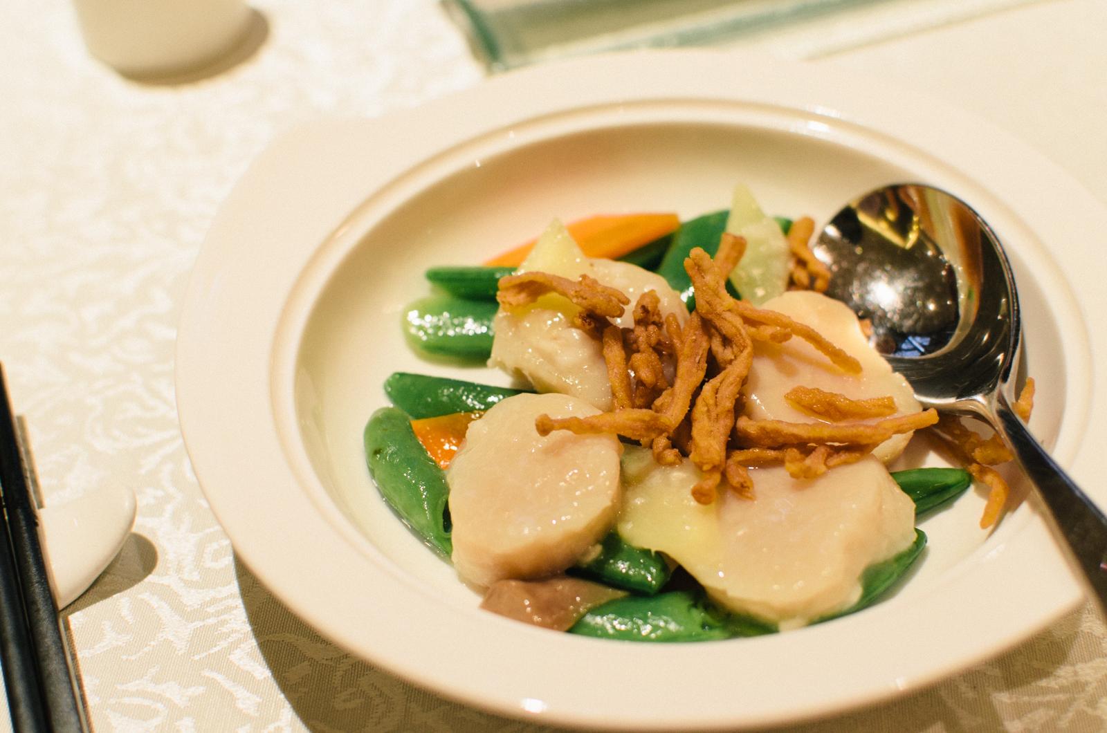 Quick Fried Hokkaido Scallops with Seasonal Vegetables (油泡北海道带子皇)