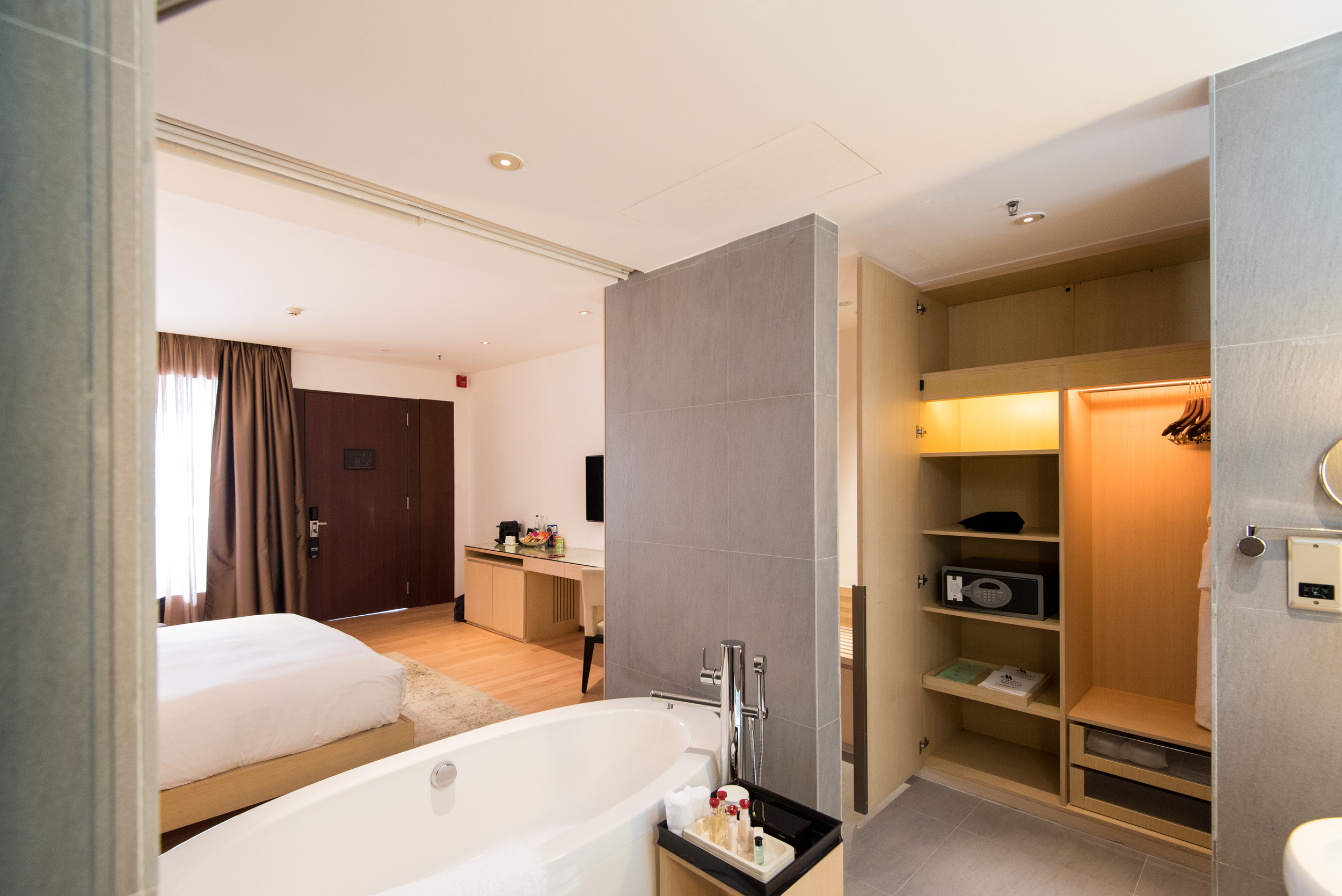 Bathroom - Pool Terrace Room  Singapore Marriott Tang Plaza Hotel
