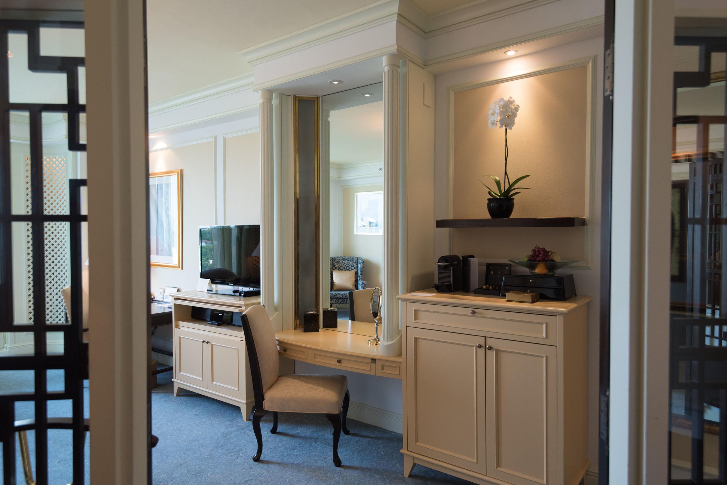 Bedroom - Deluxe Room  Valley Wing - Shangri-La Hotel, Singapore