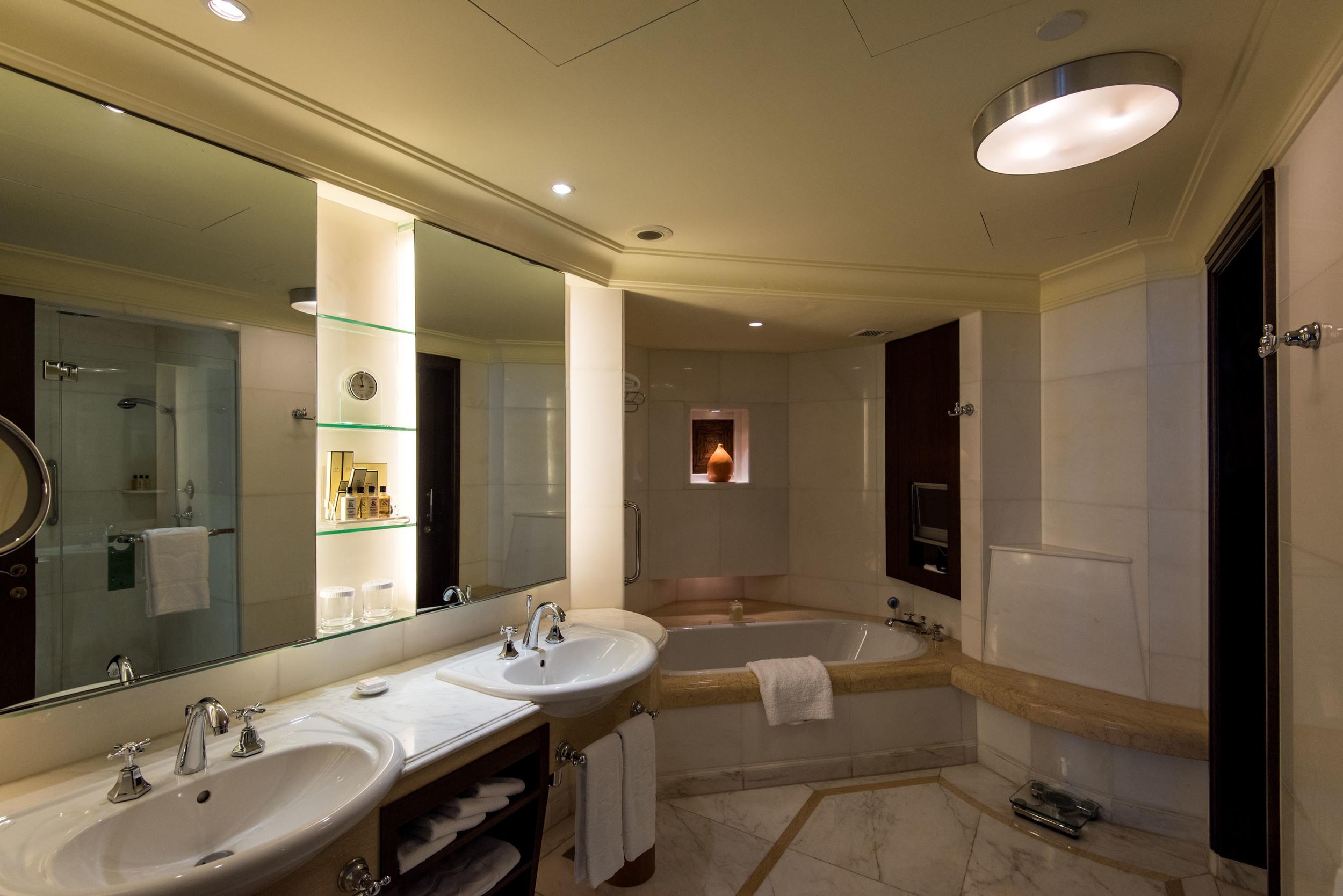 Bathroom - Deluxe Room  Valley Wing - Shangri-La Hotel, Singapore