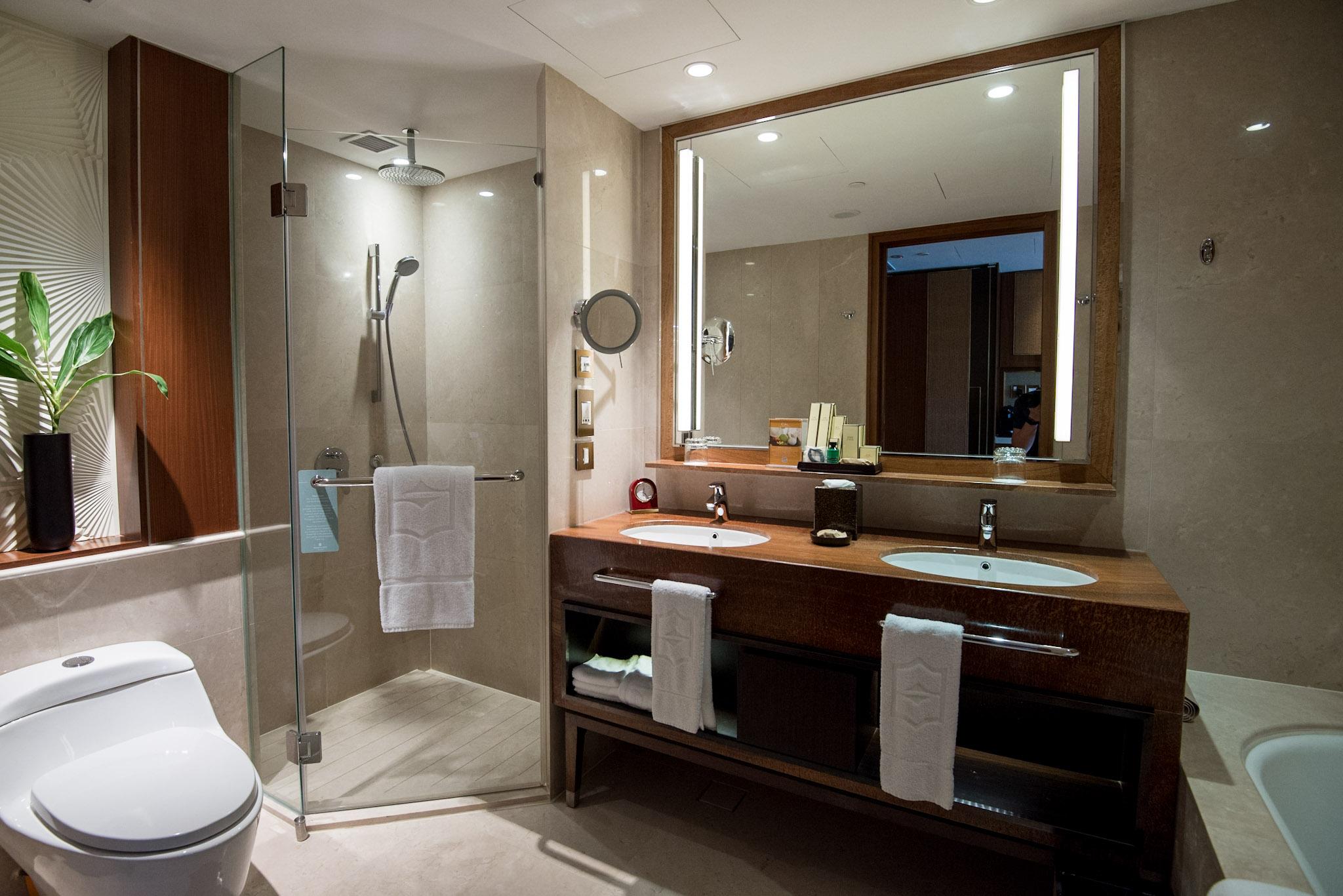 Bathroom    Garden Wing Deluxe Room - Shangri-La Hotel, Singapore