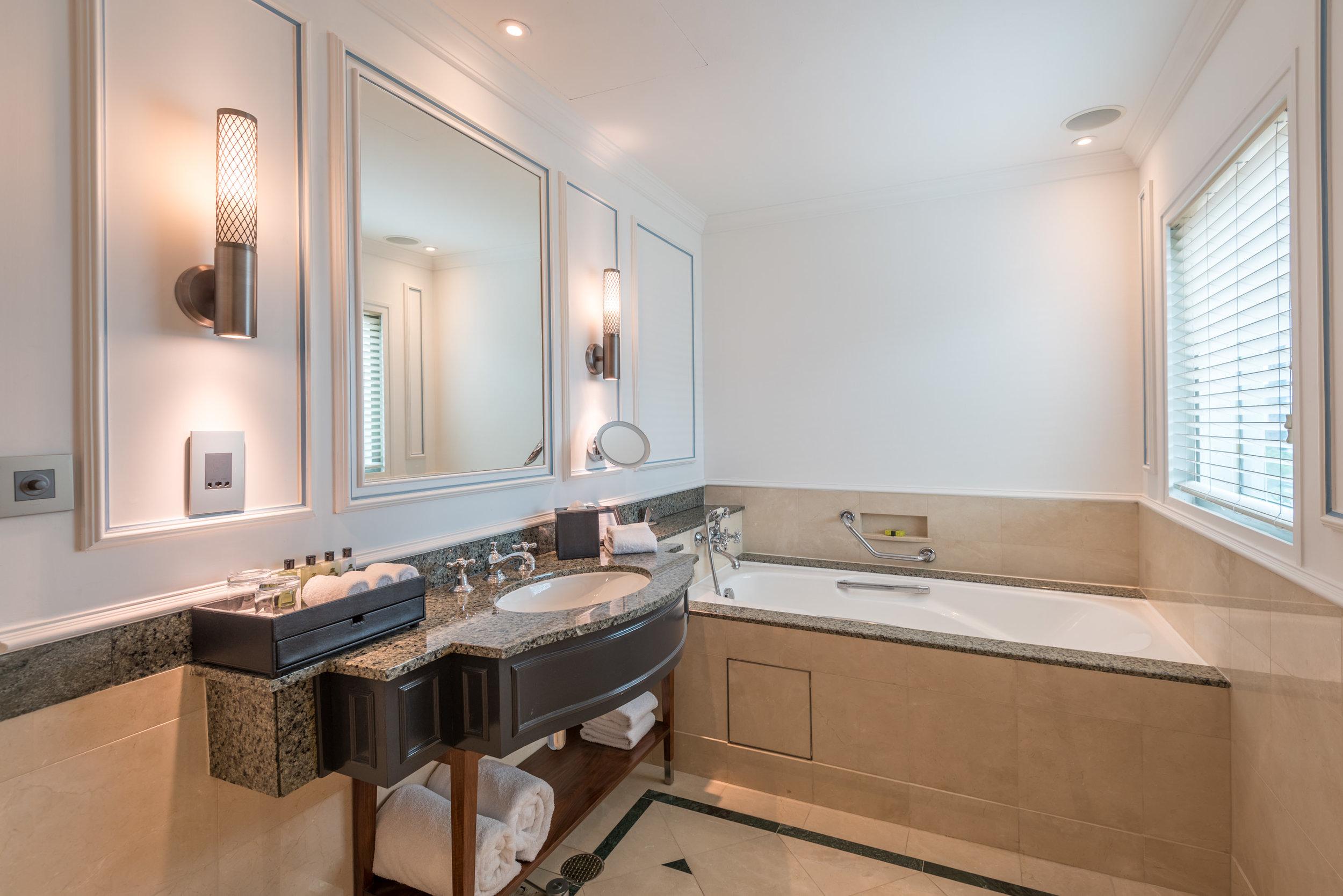 Bathroom  Grand Deluxe Room - InterContinental Singapore