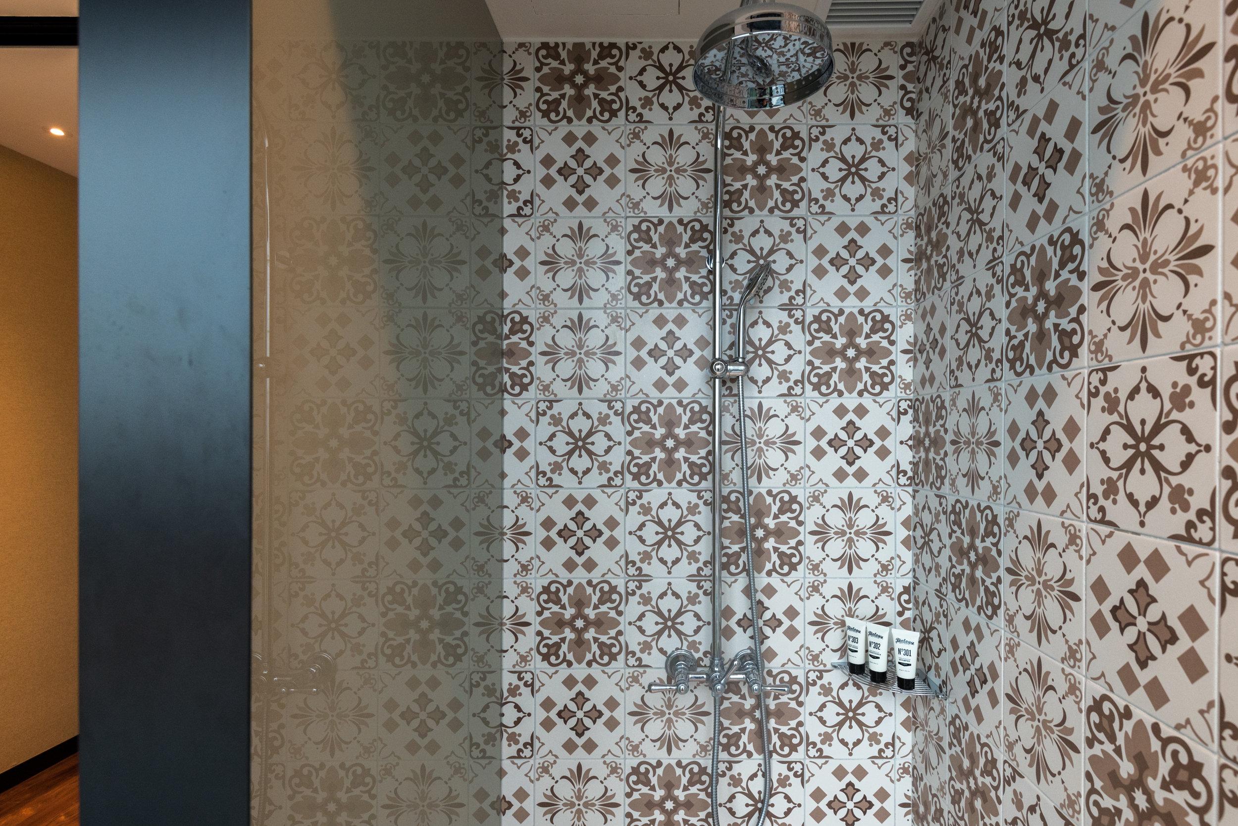 Shower  Premier View Room with Bathtub - Hotel Indigo Singapore Katong