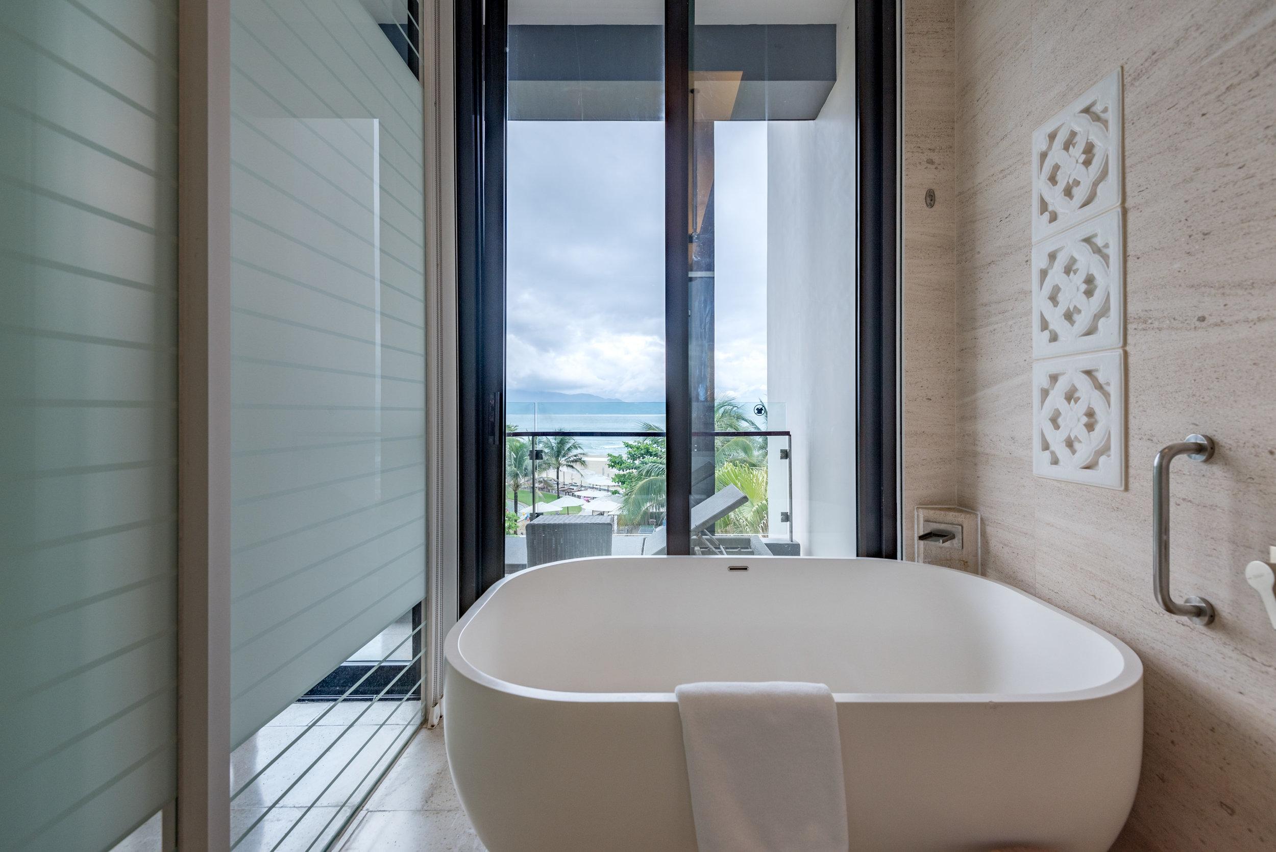 Bathtub  Regency Suite - Hyatt Regency Danang Resort and Spa