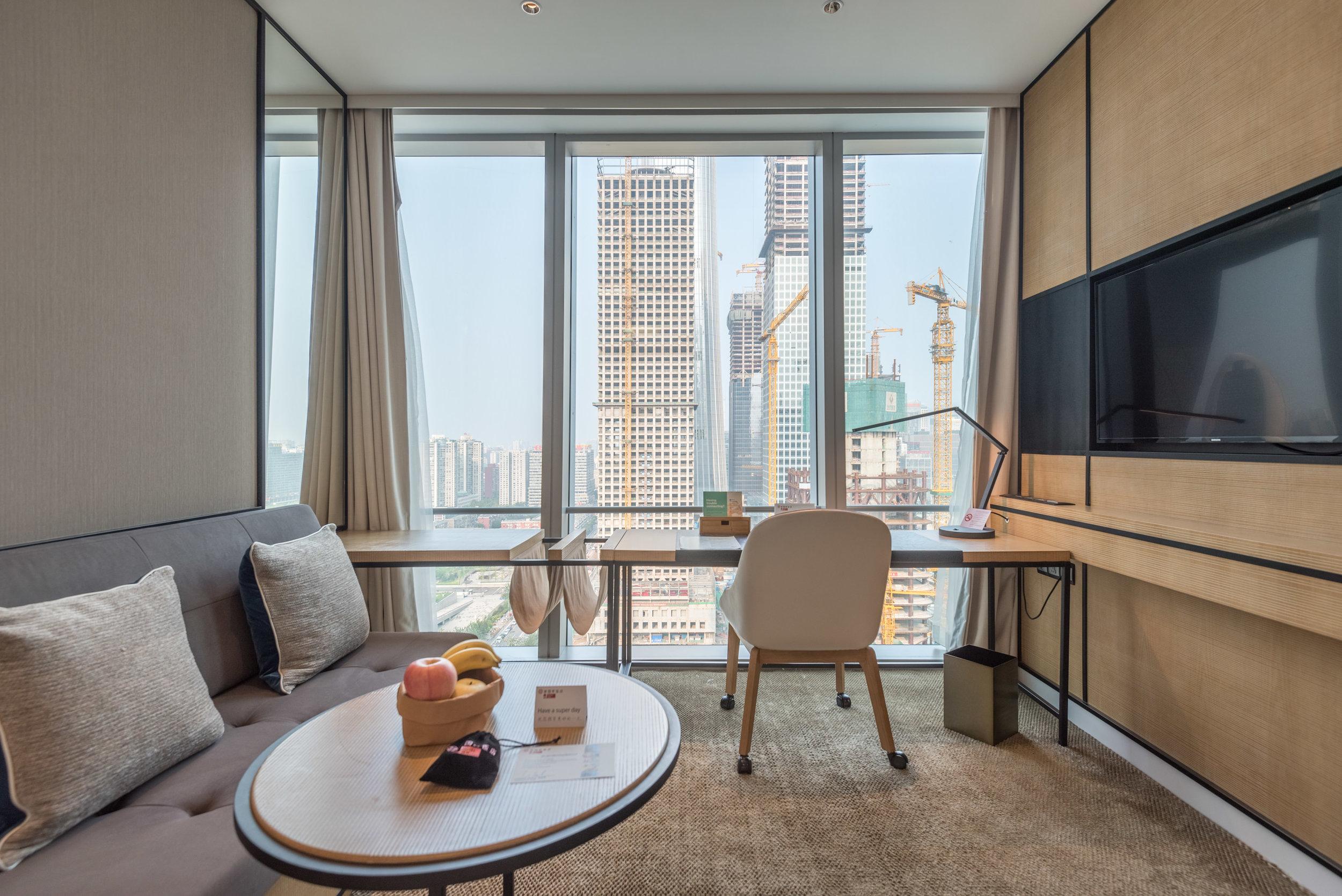 Living Area and Work Desk  Jen Skyline - Hotel Jen Beijing