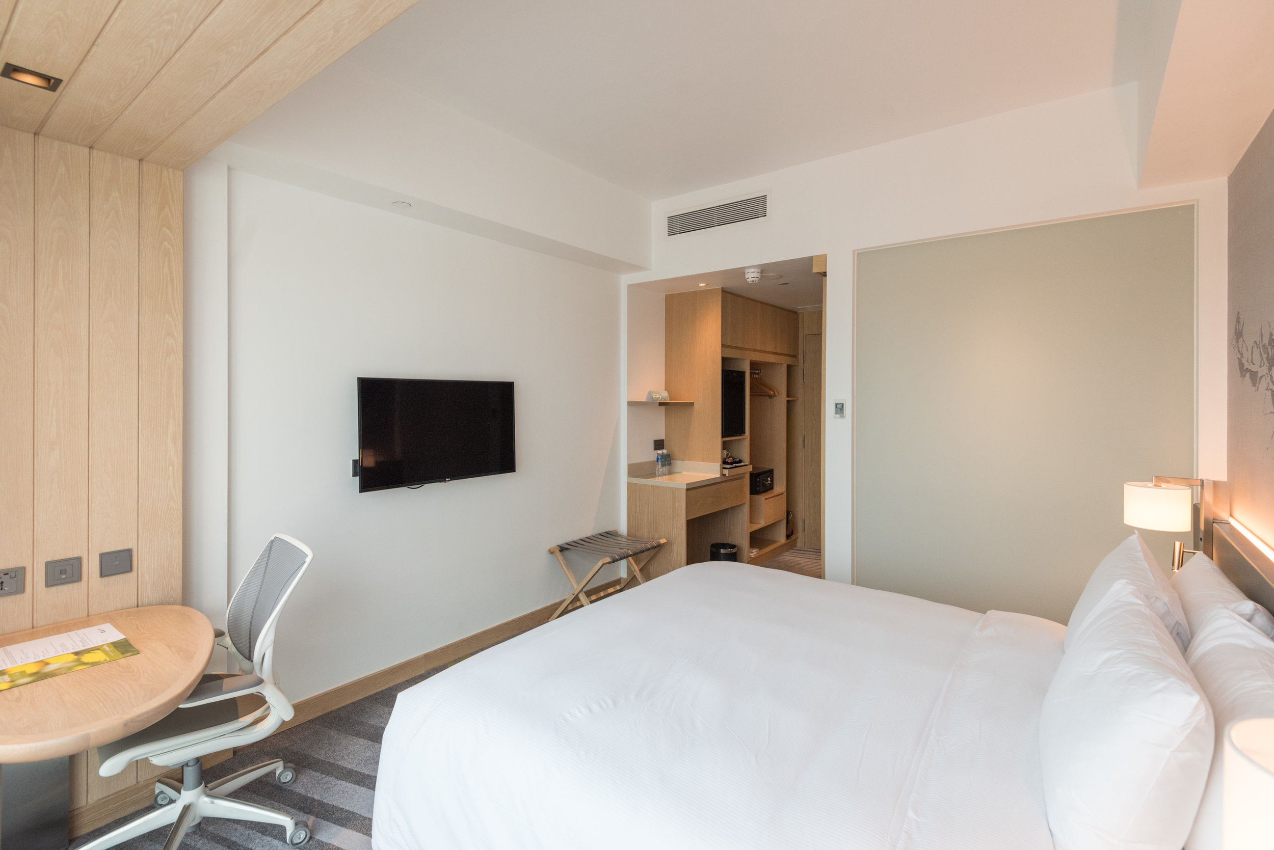 Bedroom  King Deluxe Room with Balcony - Hilton Garden Inn Singapore Serangoon