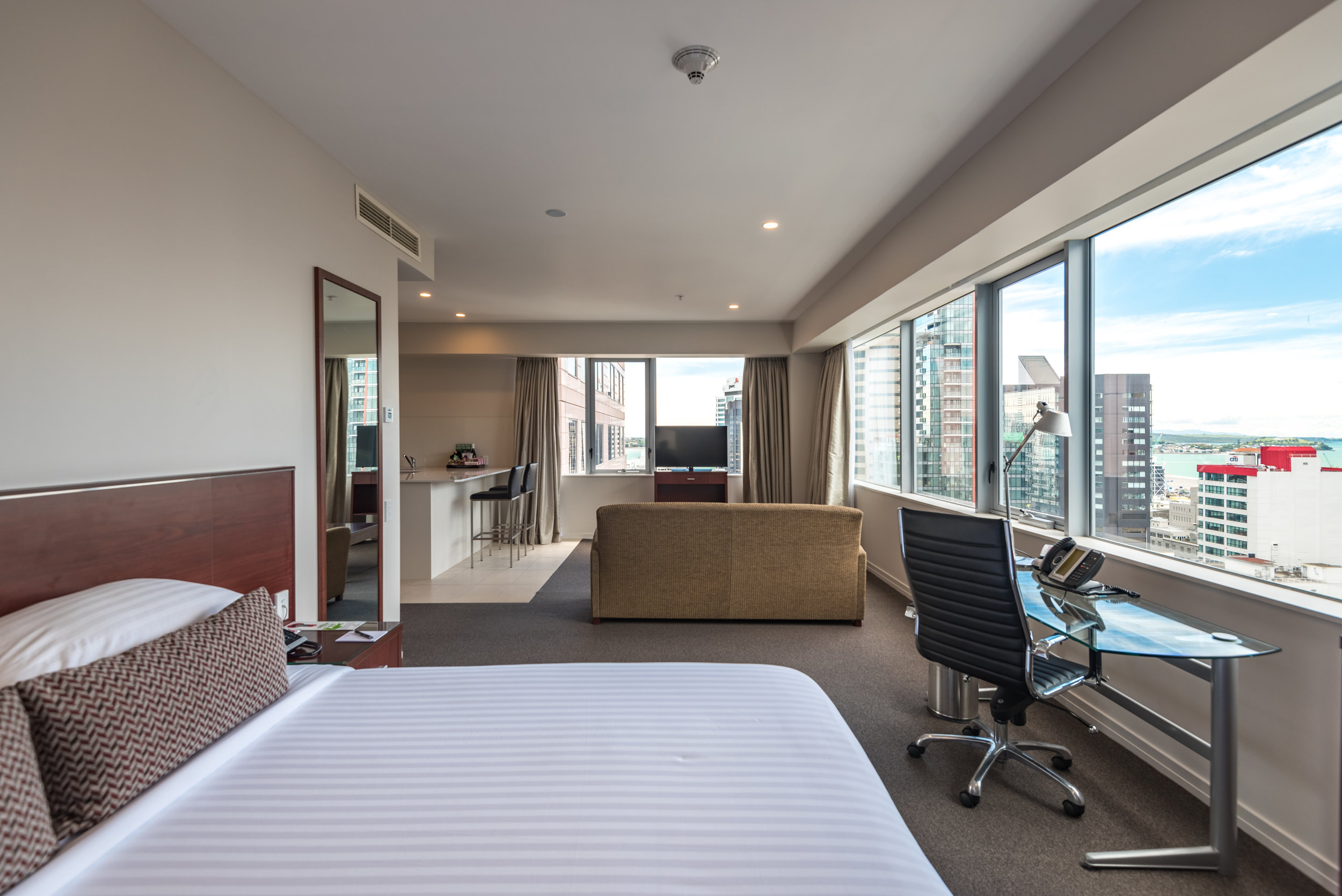 Bedroom  King Residence Suite - Rydges Auckland