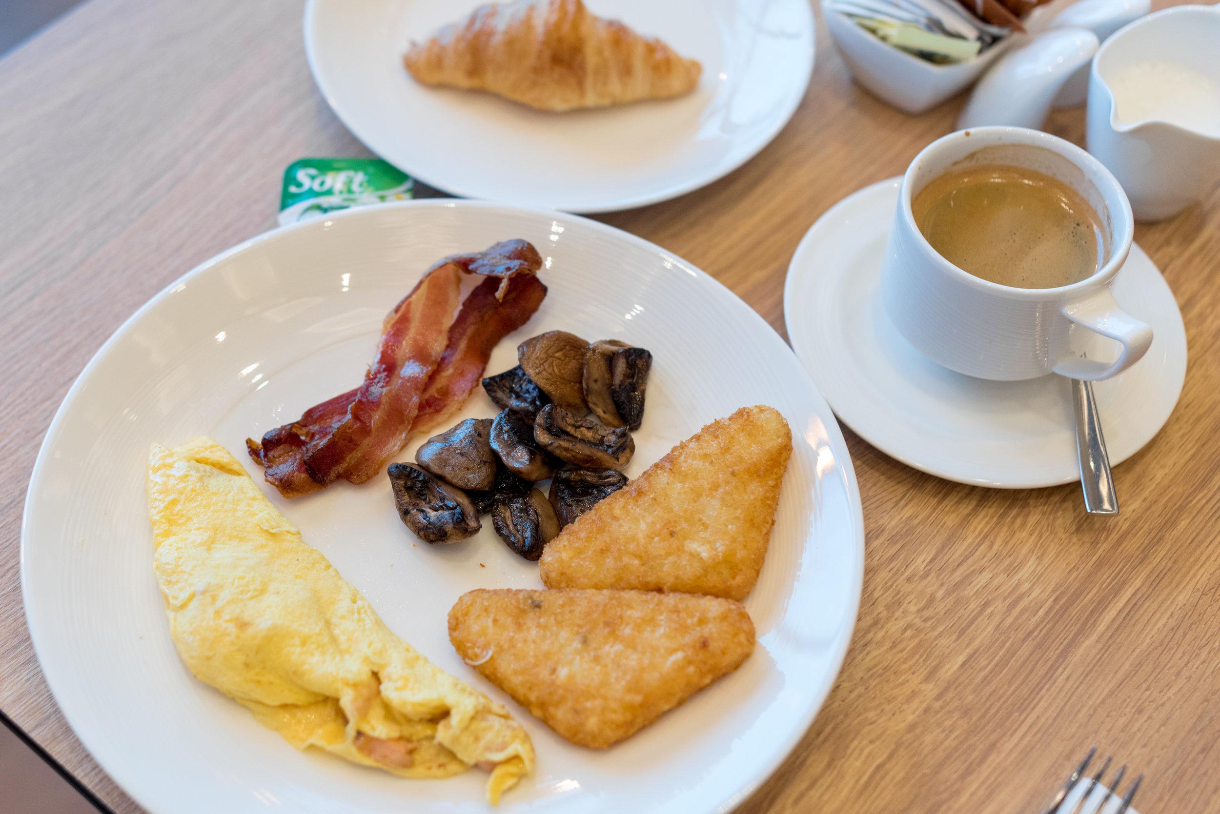 Buffet Breakfast  Sky22 - Courtyard by Marriott Singapore Novena