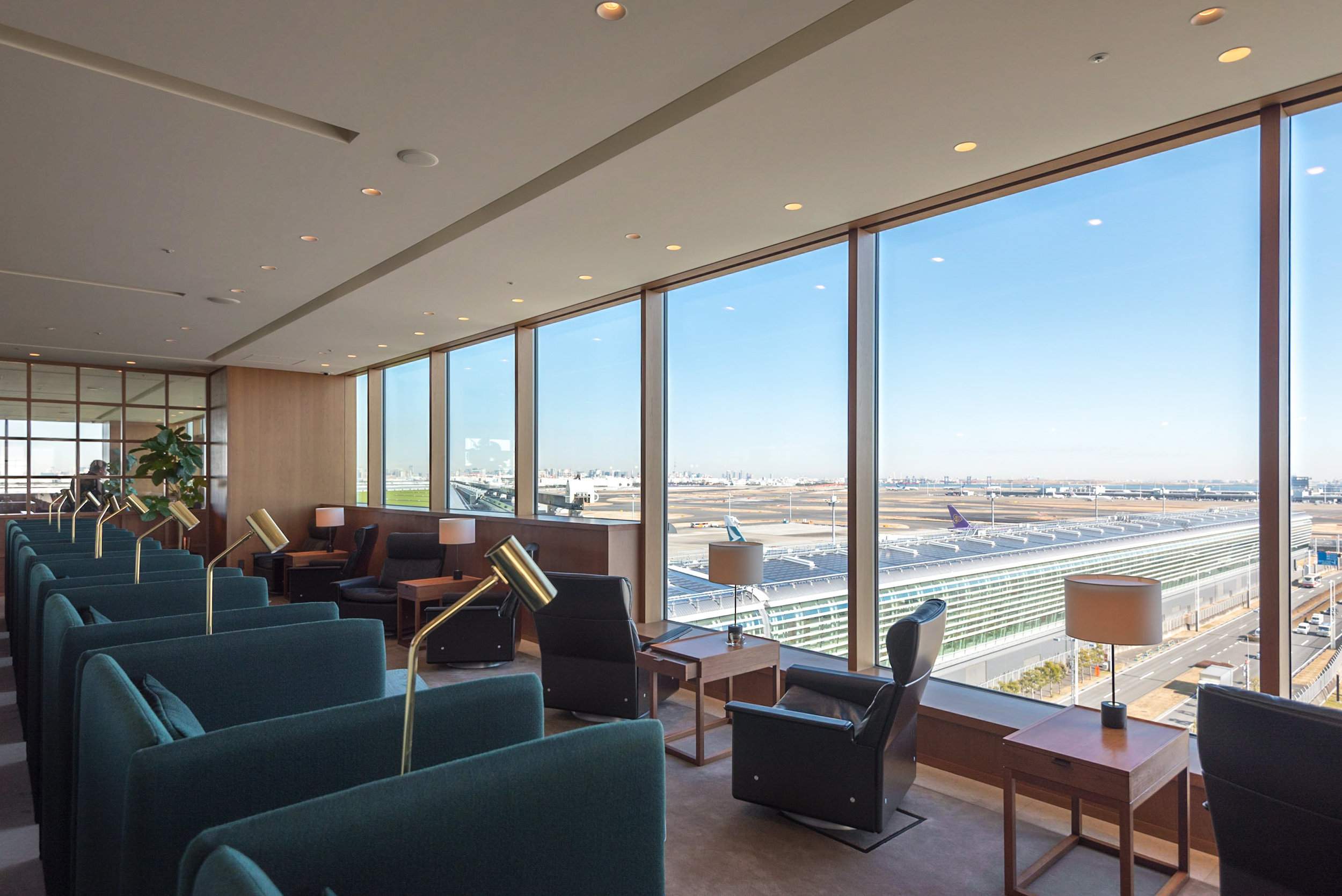 Views of the Runway  Cathay Pacific Lounge - Haneda Airport (HND)
