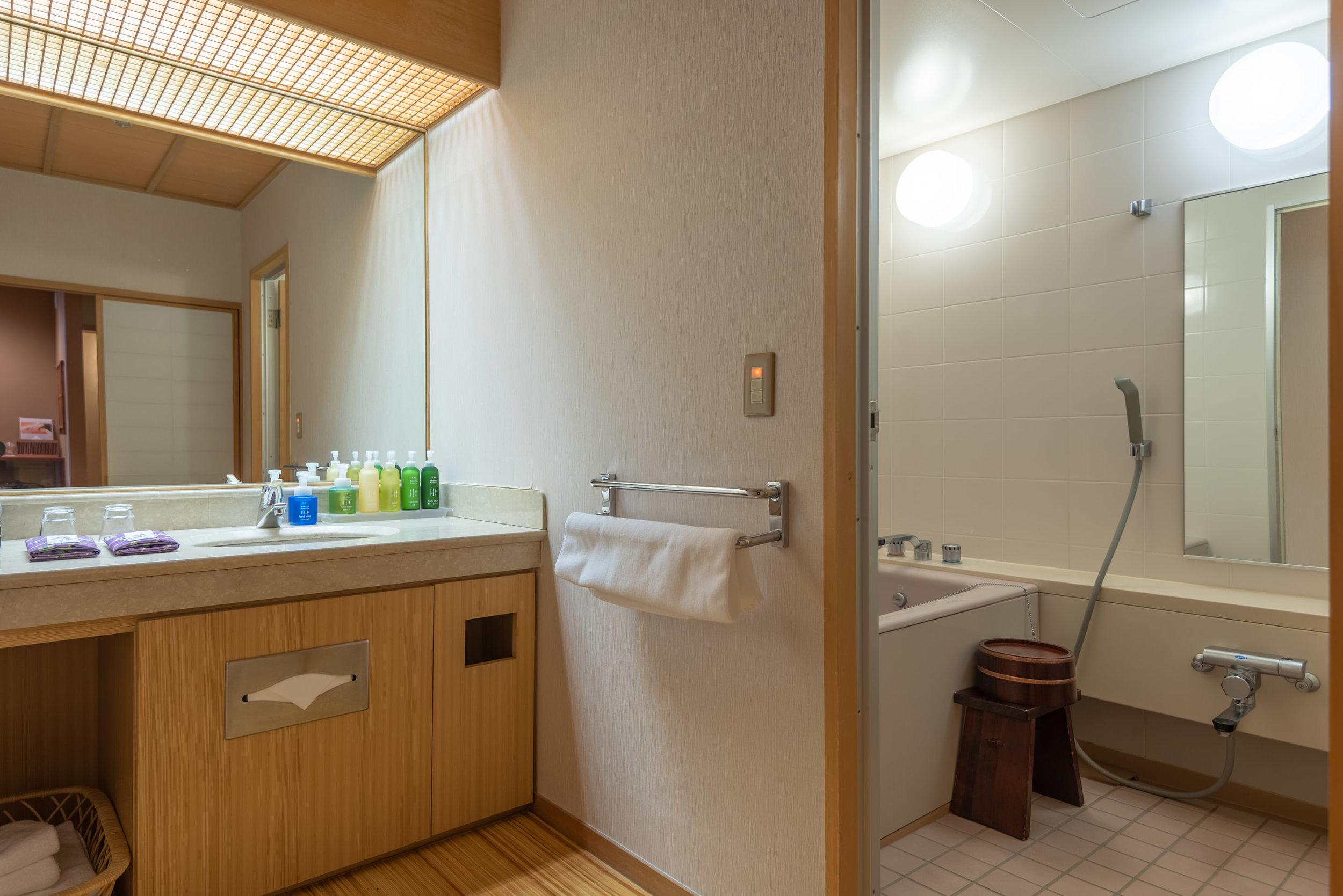 Bathroom and Bathtub  Japanese-style Room with Lake View GL2 - Hoshino Resorts KAI Nikko