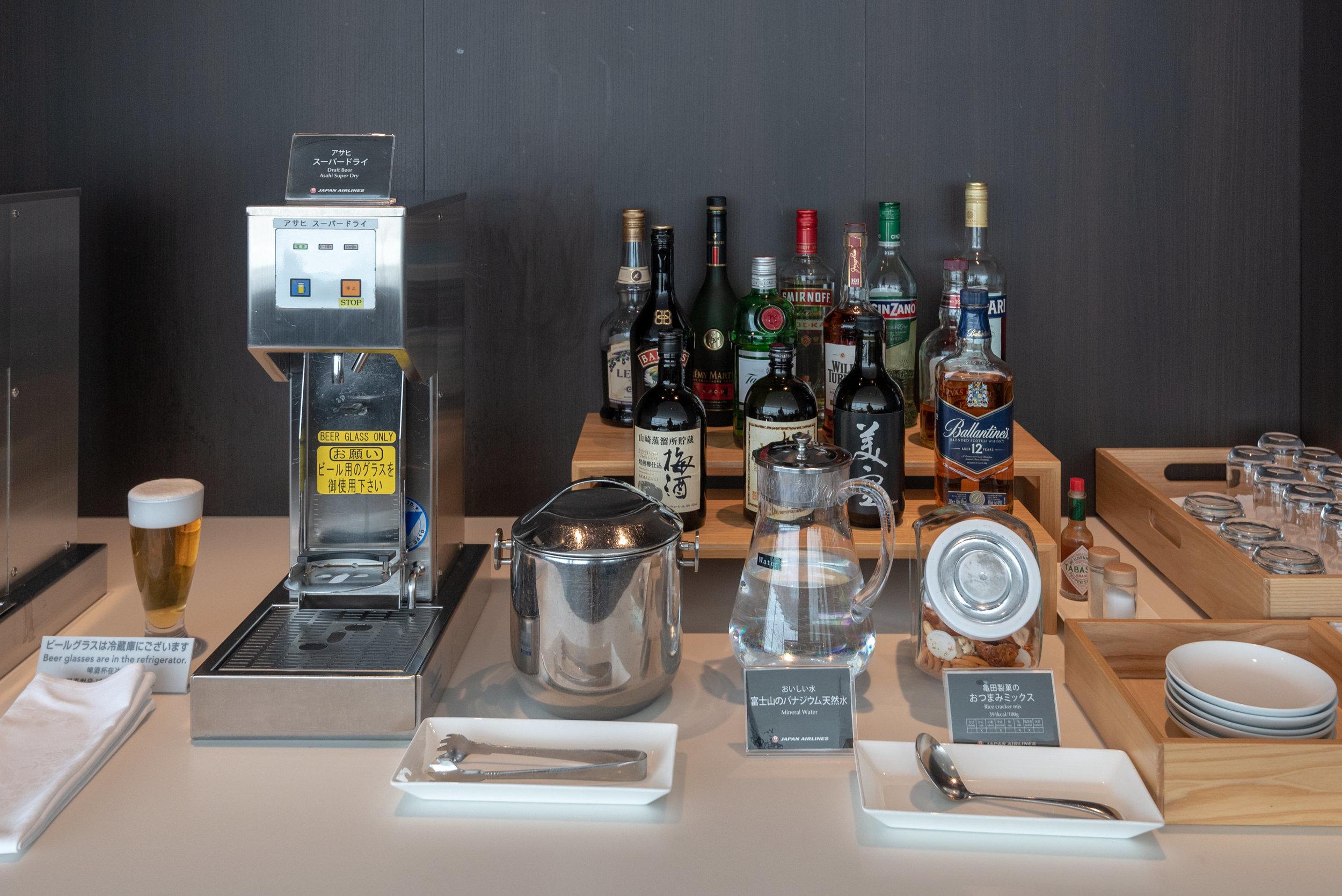 Alcoholic Beverages  Japan Airlines Sakura Lounge Skyview - Haneda Airport (HND)