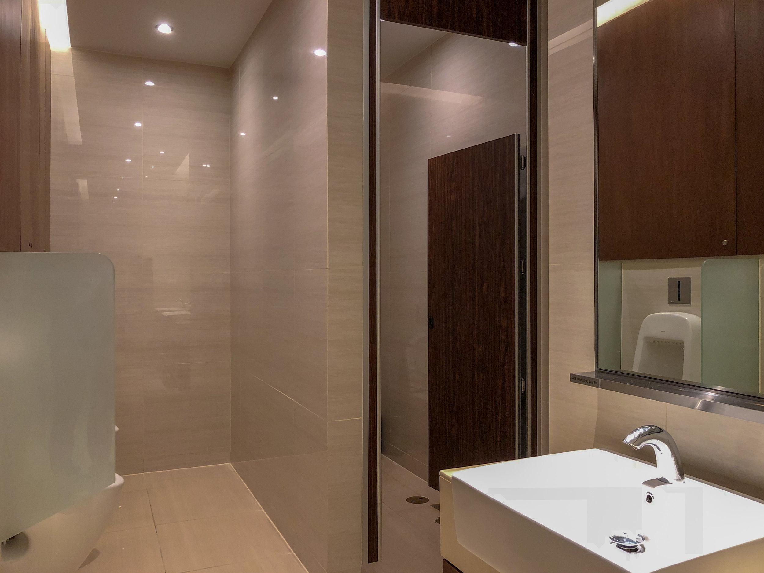 Bathroom  Singapore Airlines SilverKris Lounge - Suvarnabhumi Airport (BKK)