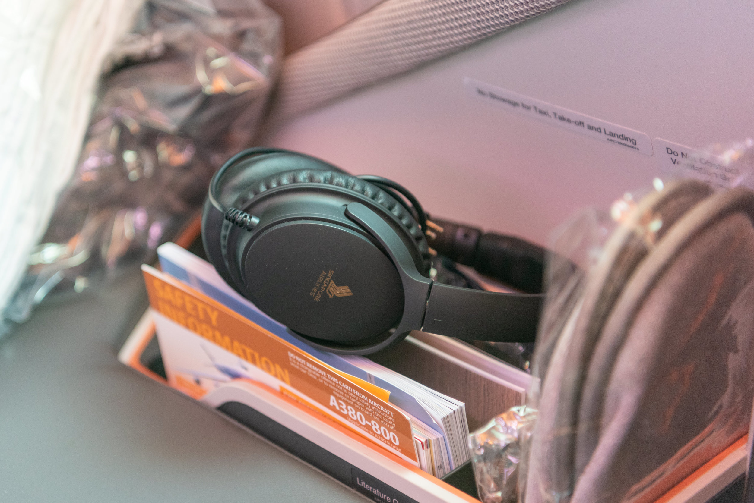 Noise-cancelling Headphones  Singapore Airlines Business Class SQ833 A380-800 - PVG to SIN