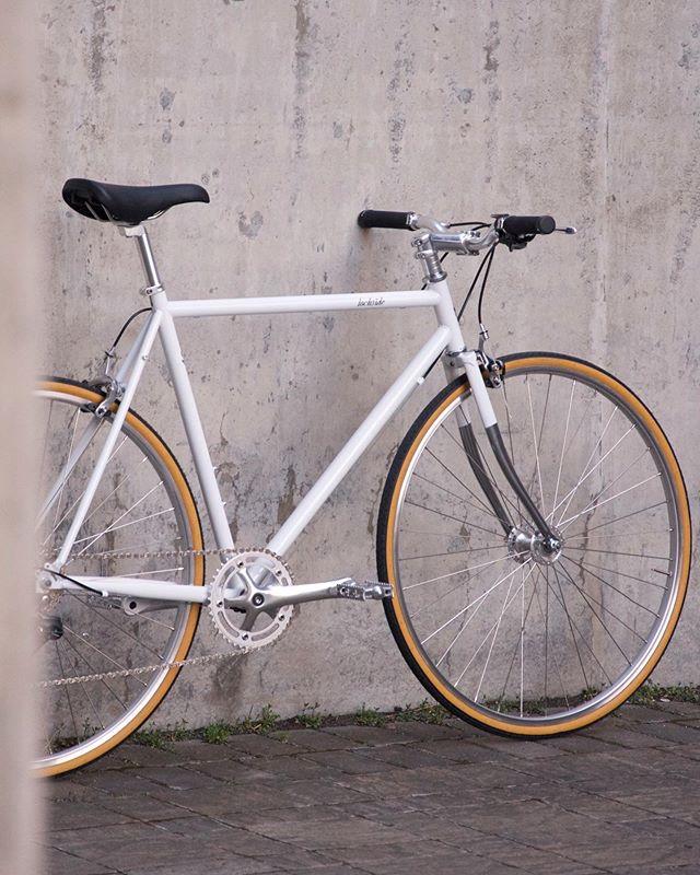 Happy Friday Folks! 🙌🏽🚲 #lochsidecycles #citybike #urbanbike #commutebybike #baaw #yyj #8speed #bikelove #velo