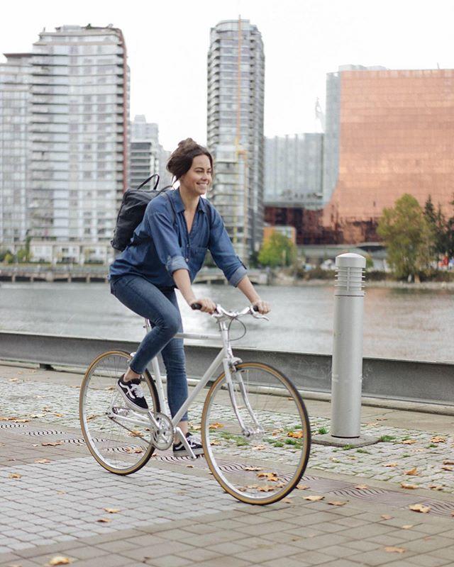 It's officially fall, our favourite biking season! 🙌🏽 🚲 #lochsidecycles #bikeride #seawall #bikeyvr #fixedgear #fixiebike #singlespeed #minimalistbike