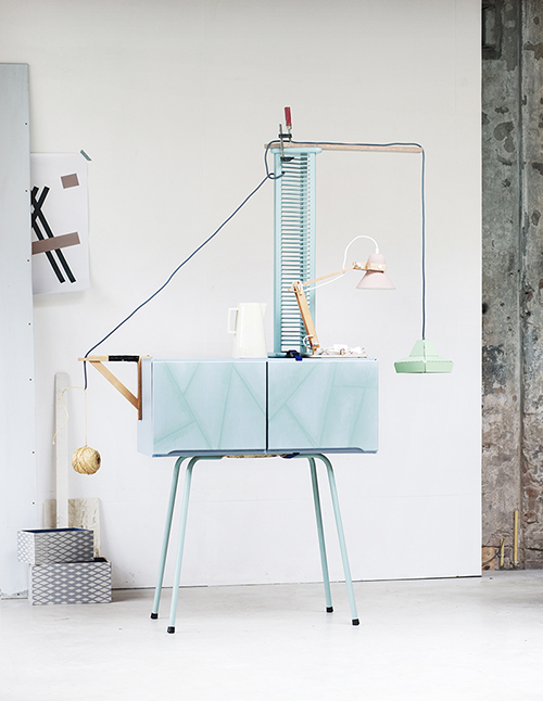Kastje op poten zelfmaker, geverfd met  Farrow and Ball    , Poster Aarhus van Buus Works via  Accessorize Your Home      , Doosjes met Latttice BP 3505 behang van  Farrow and Ball    Creme kan van Piet Hein Eek via  BijzonderMOOI*    Pixxos Bureau Lamp M.OSS via  Restored    Lichtgroene hanglamp Dashed Lights van  Léon de Lange& Vij5 via  BijzonderMOOI*