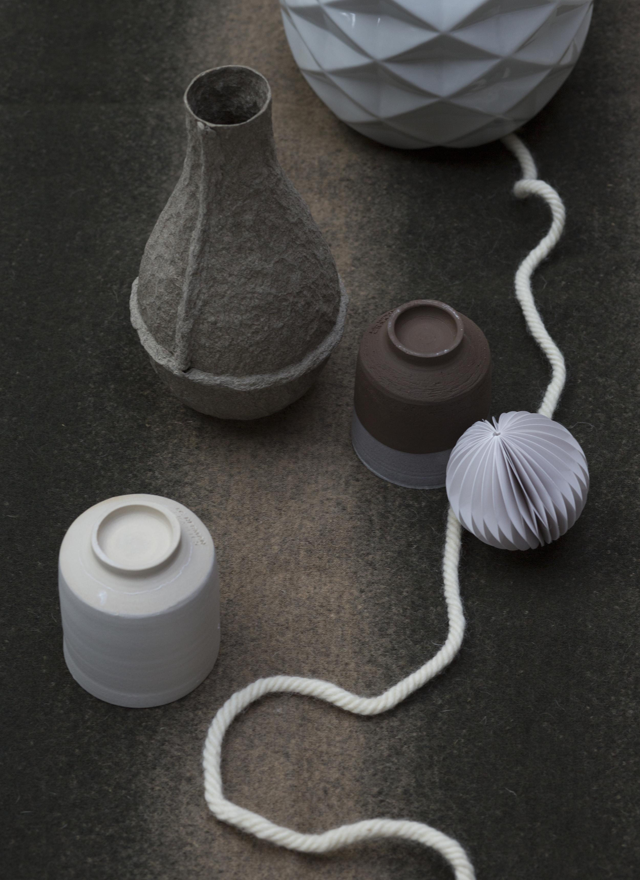 Papieren pulp vaas van Serax bij  Studio de WInkel  Ceramic kopjes op de kop van  Restored