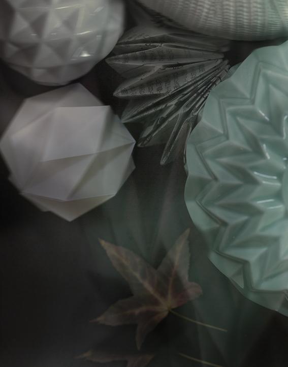 Witte vaas van  by Zenz  Groene lampenkap van  Woonwinkel Siep