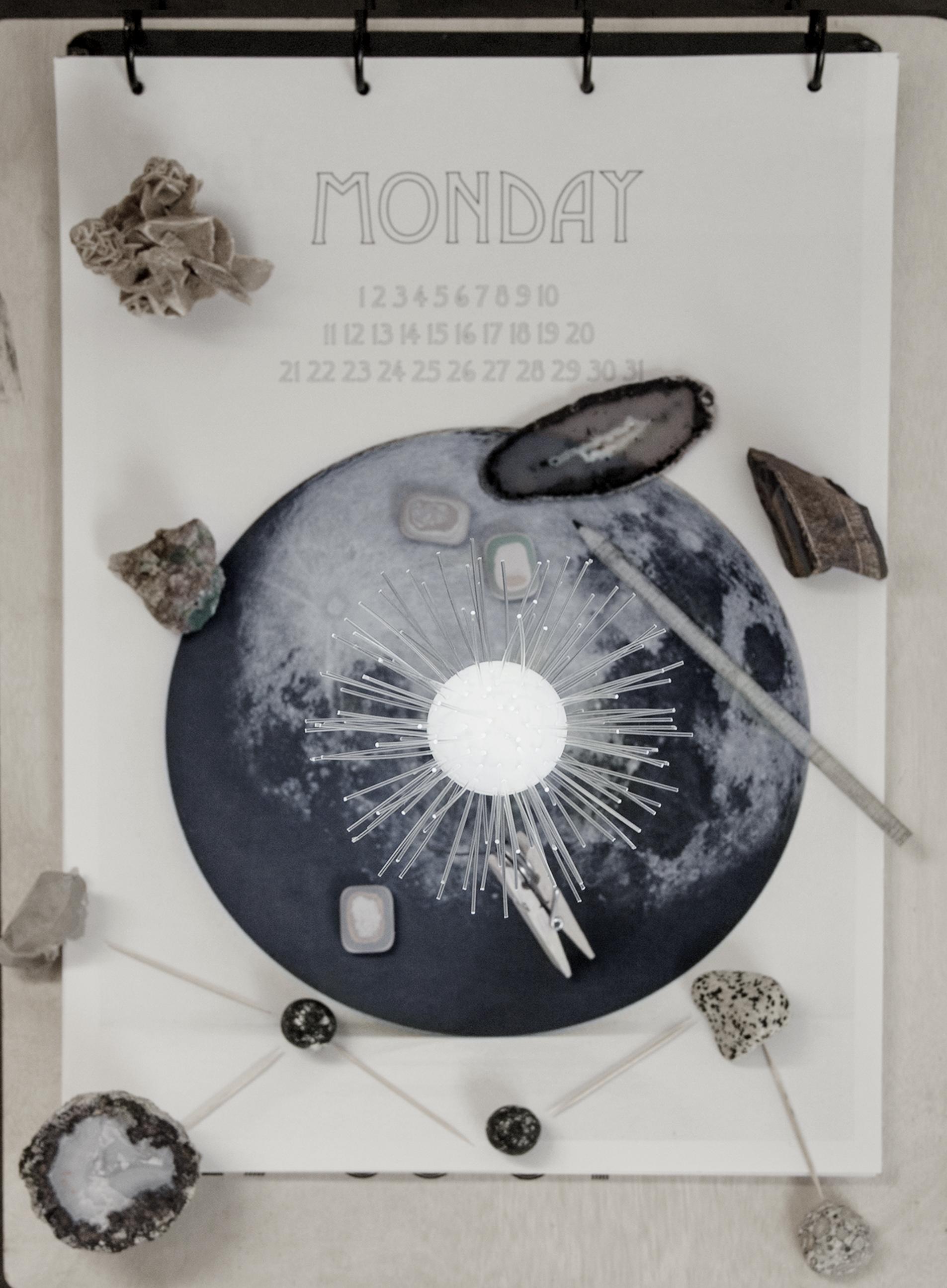 Homemade kalender van StyleCookie.nl, D.I.Y lamp met wasknijper van  Lichtbloem , Edelstenen van  Geomine , Gummetjes van  Hay , Potlood van