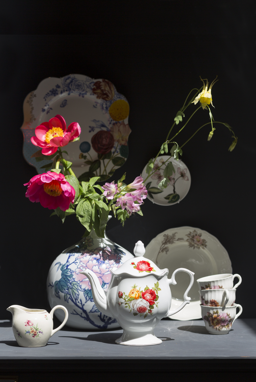 Melkkannetje ( eigen), Vaas met bloem ( &Klevering ), Theepot (  & Klevering),  Bord aan de muur (  Pip ), Klein schoteltje  ( Zara Home),  Antiek bord (Eigen), Kopjes ( Eigen)