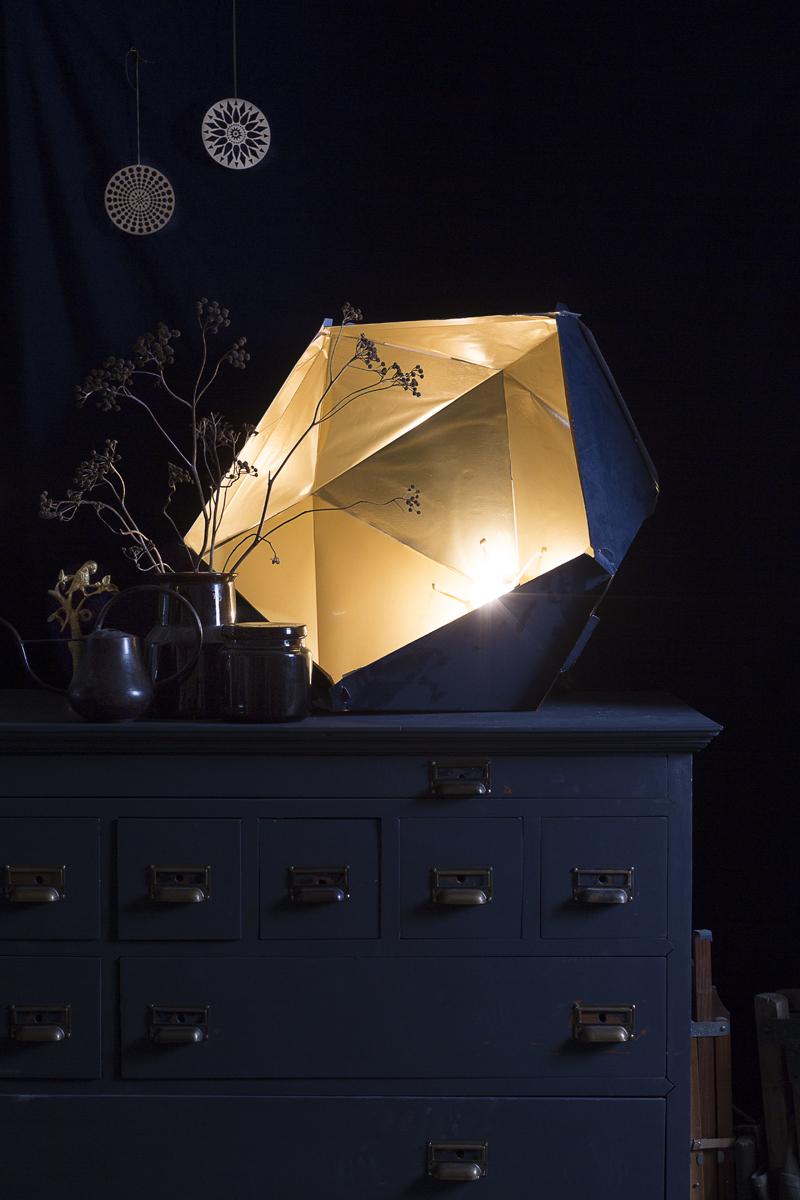 Ladenkast eigen,  Lamp van Ikea gecustomised, Ronde hangers van  Housedoctor , Potjes & gieter eigen