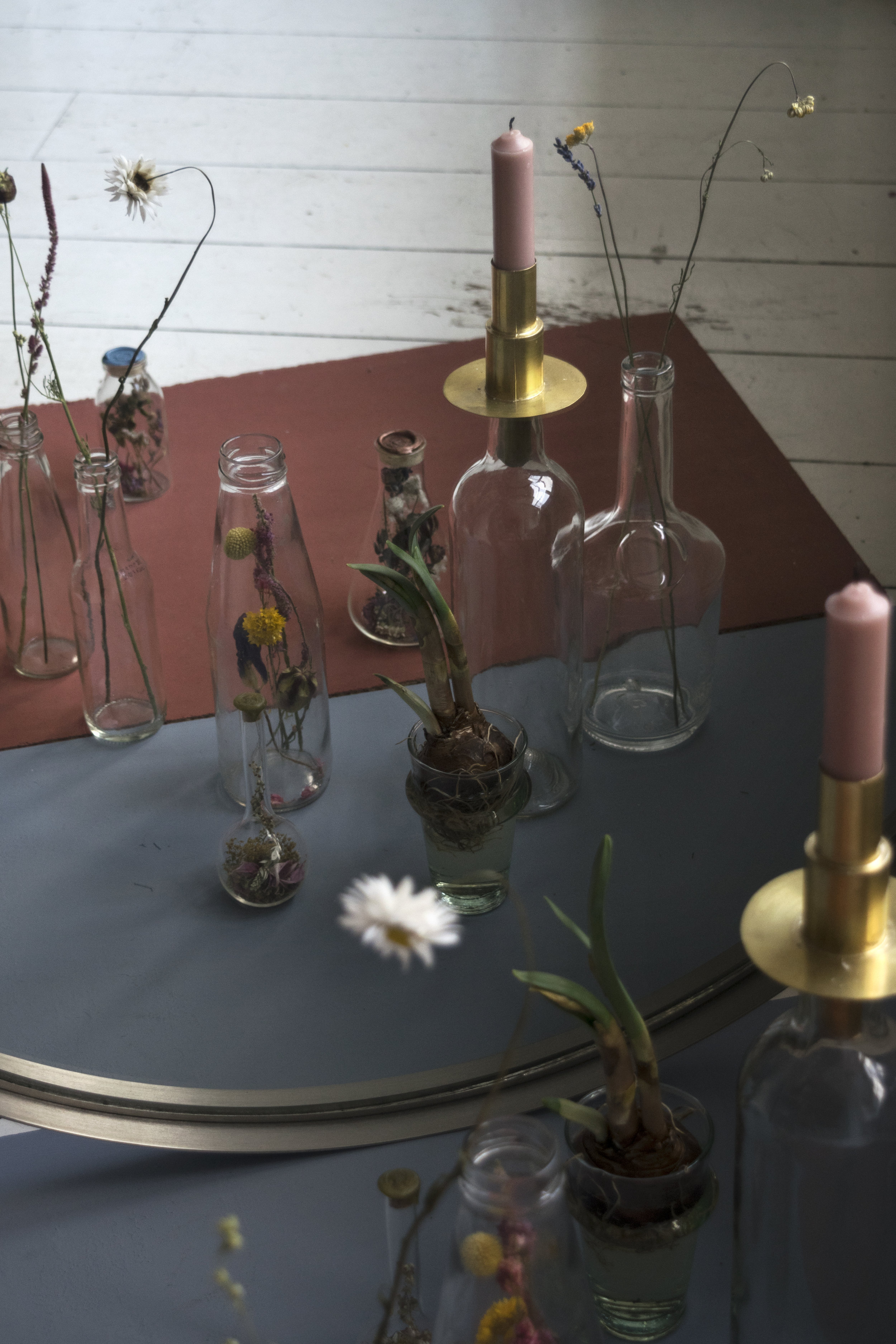 Spiegel (eigen bezit), glazen flesjes (afval Singel, Spuistraat Amsterdam), flesjes met droogbloemen en zegelstempel ( fieldofhope.nl ), kandelaar goud ( sissy-boy.nl ), kaars ( weldaad.nl ), lichtblauw glas ( www.kieveen.nl ) droogbloemen ( kooslamboo.com )