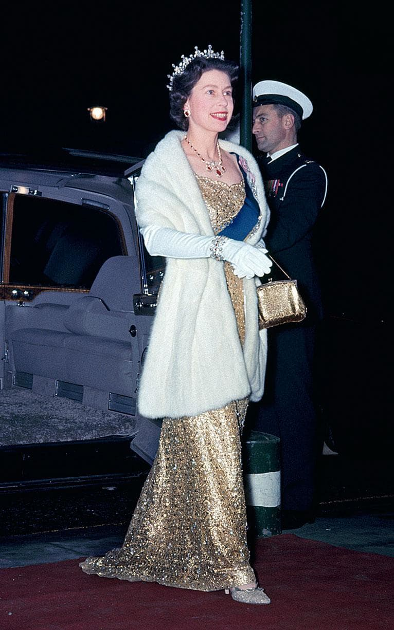 Queen Elisabeth 1965. Queen Elizabeth did extensive world tours in 1965 and 1966, including the United States 1n 1966.