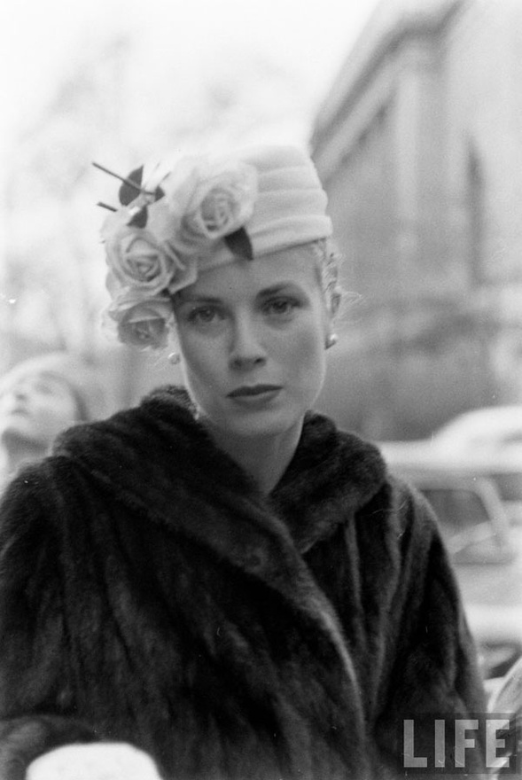 Hollywood also adapted the pillbox hat, worn here by Grace Kelly.