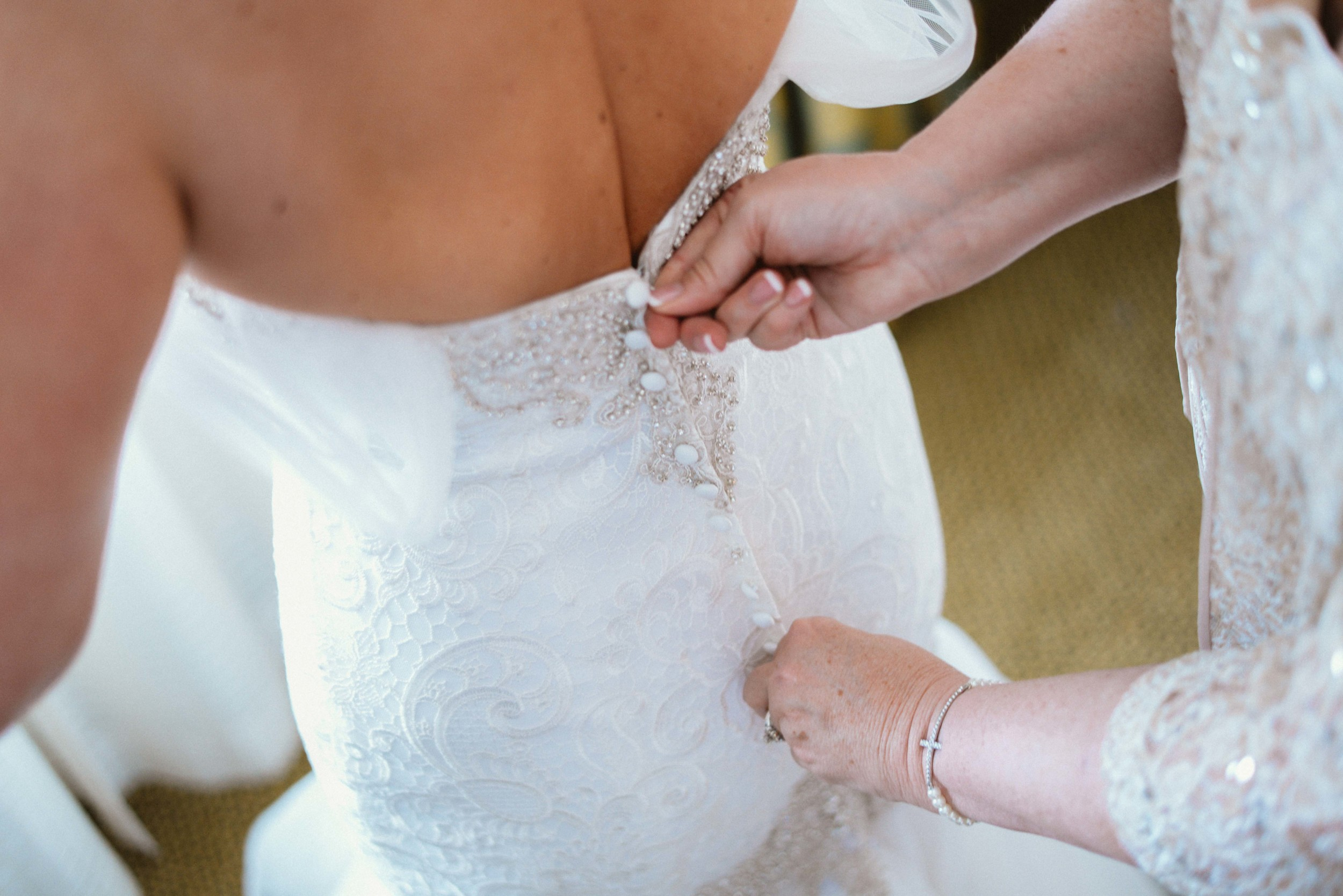 mother lacing up wedding dress in monroe, la