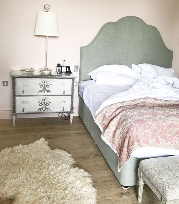 Isn't that pink paisley throw blanket just divine? Oh, and apologies to my readers who like things tidy. Unmade beds are popular in social media these days.