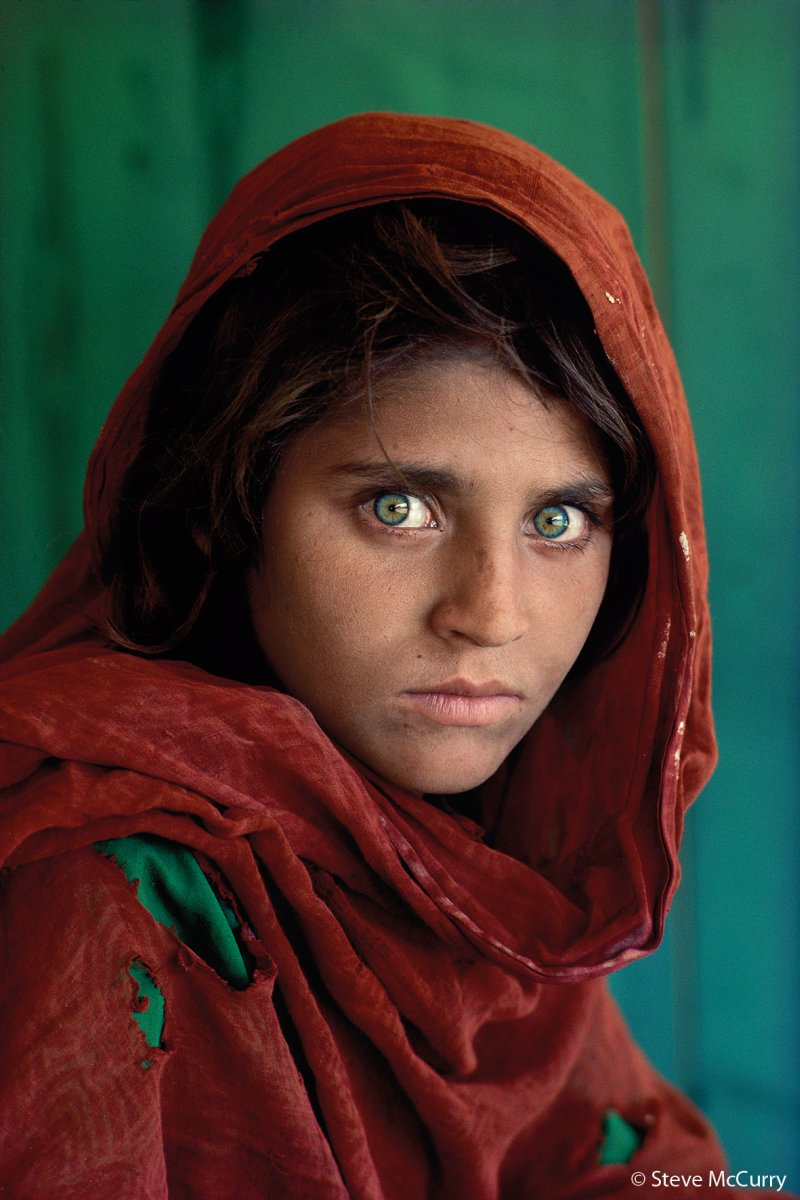 Sharbat Gula fue fotografiada cuando tenía 12 años. Fue en el campamento de refugiados  Nasir Bagh de  Pakistán durante la  Guerra de Afganistán (1978-1992) . Su foto fue publicada en la portada de  National Geographic en junio de  1985 y, debido a su expresivo rostro de ojos verdes, la portada se convirtió en una de las más famosas de la revista.