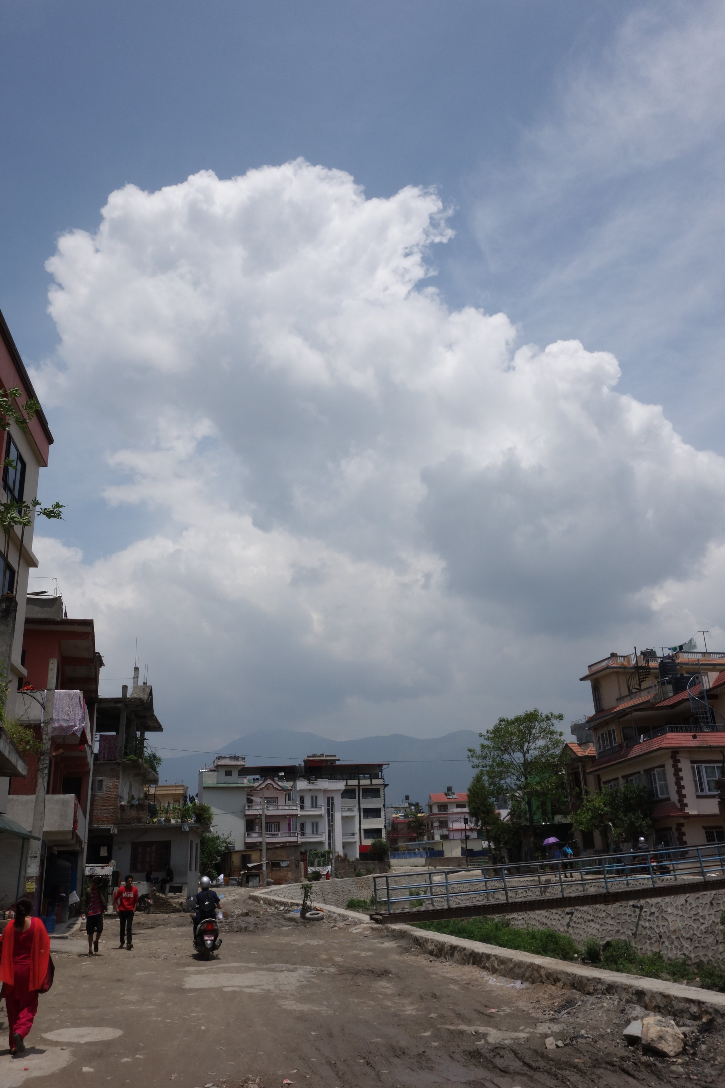 五月的雲   五月的尼泊爾是炙熱的天,雲來了在天空演出熱烈的戲,然後散場,嘩啦啦地下涼快的雨!