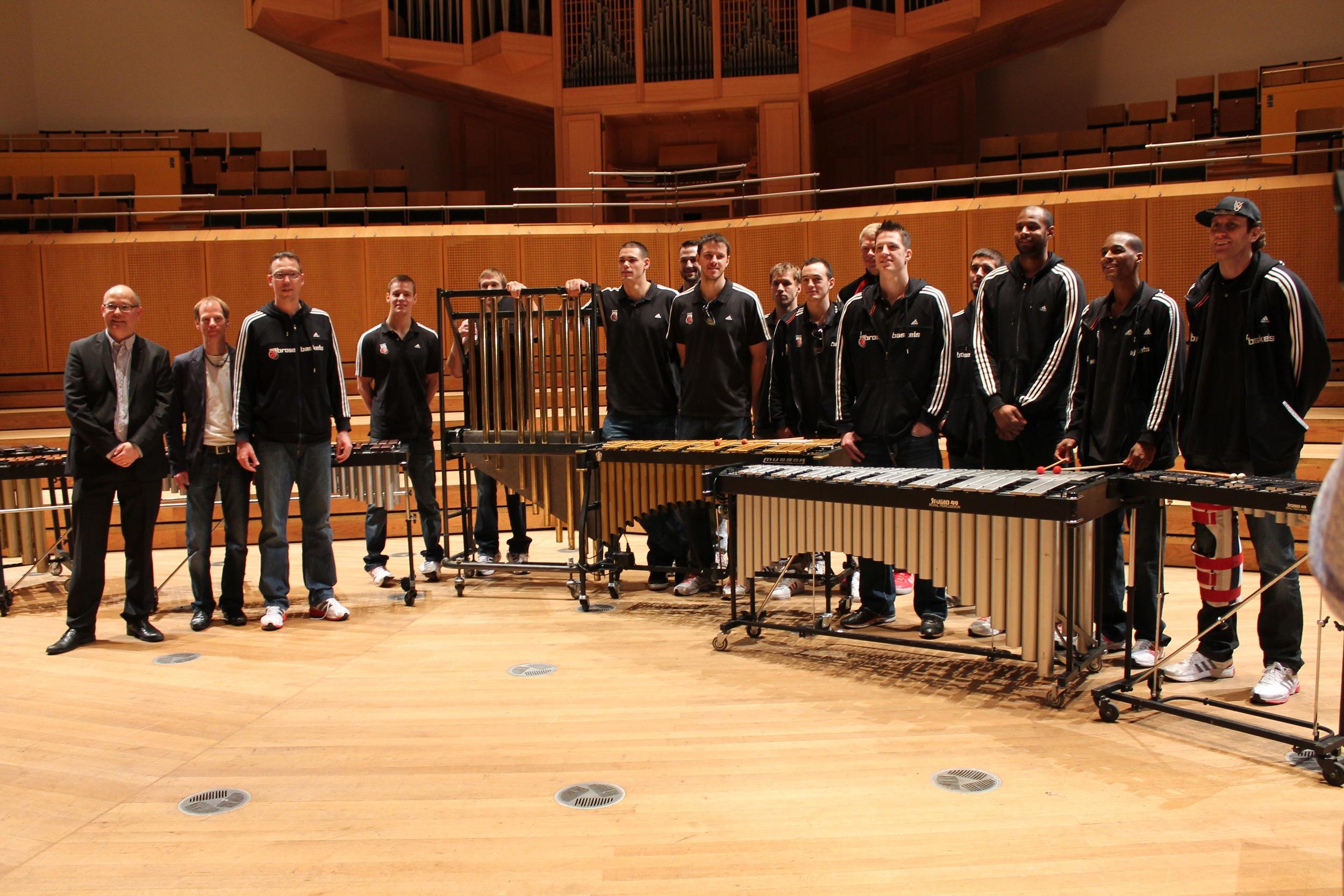 Till Fabian Weser, Robert Cürlis (Solopauker der Bamberger Symphoniker), Chris Flemming (Headcoach) und die Brose Baskets