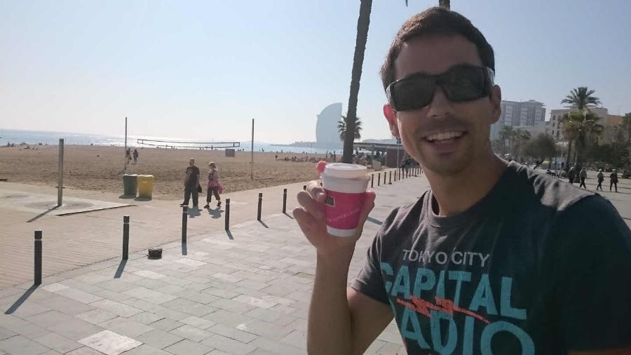 Philip med en kopp kaffe och stekande sol på Barceloneta