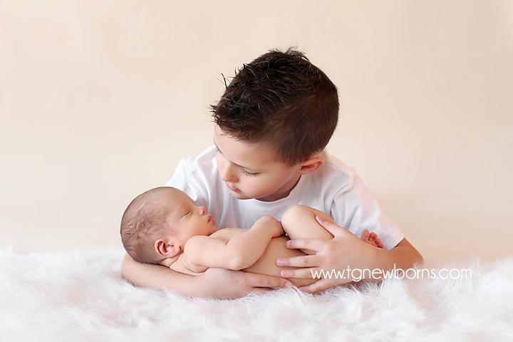 sibling pose newborn photography