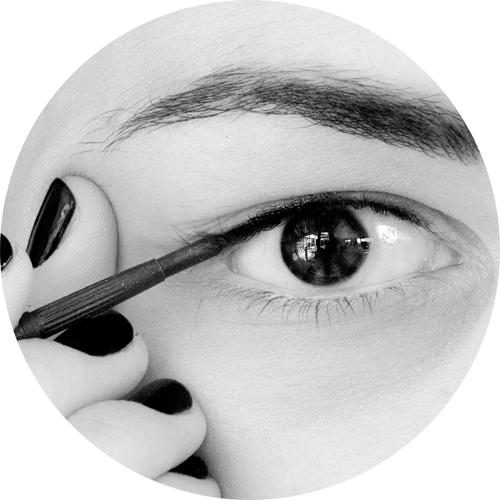 Clinique Skinny sticks help you create the perfect tightener thanks to their ultra fine tip that hides between the roots of your lashes, the creamy and luminous texture and the long-lasting formula