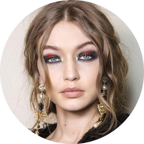 Alberta Ferretti - Multicolor with a golden touch in the inner corner; i l multicolor con un tocco dorato nell'angolo interno dell'occhio.