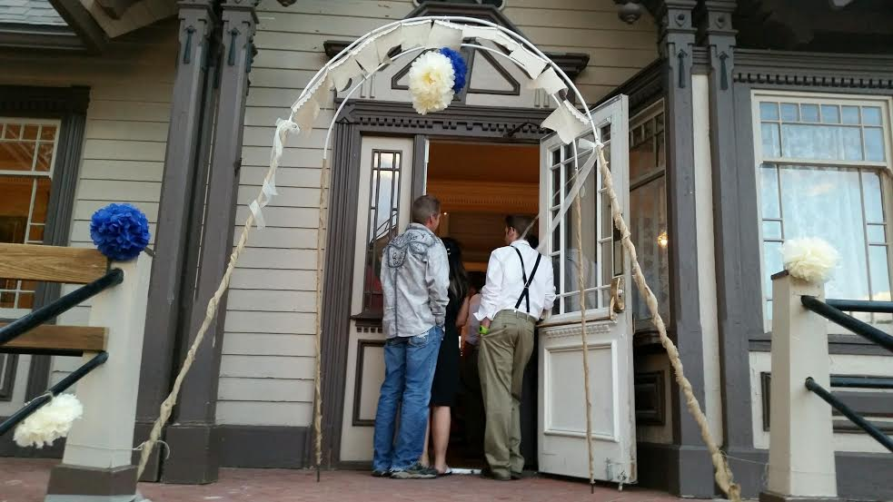 {Author's own} On this particular archway, we used burlap, twine, and ribbon to disguise the posts. What do you think?