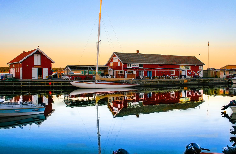 Den siste augustkvelden i Nevlunghavn. Når sommeren er på hell, så har de fleste av sommergjestene og båtfolket reist hjem og, unntatt beboere og fiskere, så skal ikke den vakre havnen fylles opp igjen før til våren.