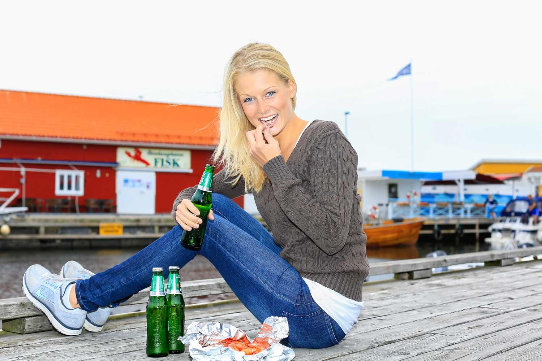 Ferske reker på brygga i Nevlunghavn smaker godt uansett vær. Sett deg ned på bryggekanten med en god venn og snakk om det dere har på hjertet, mens dere samtidig kan observere livet i den koselige havna.