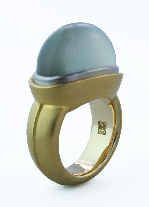 18 karat yellow gold ring with green moonstone