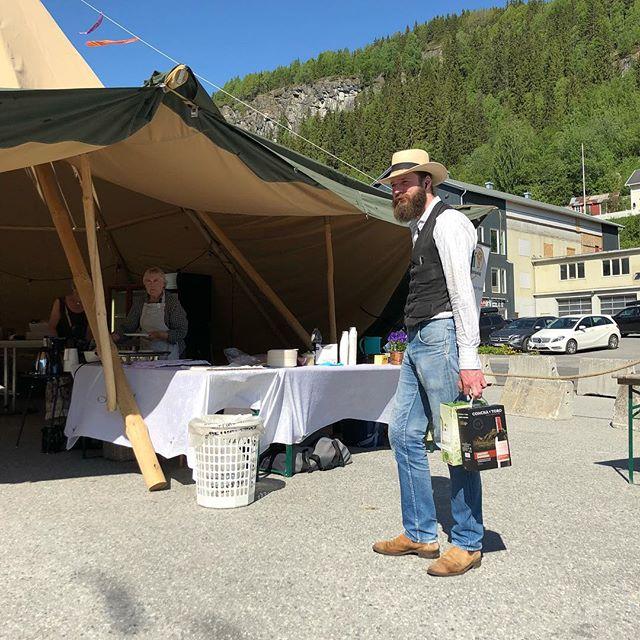 Toradertrioen på scena, Anders i baren✌🏻Alt er klart for ein strålande festivaldag #folkemusikkveka #folkemusikkveka2018 #festival #folkemusikk