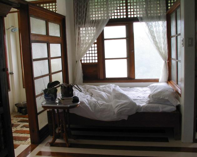 PH_sonya's_bed_sm.jpg
